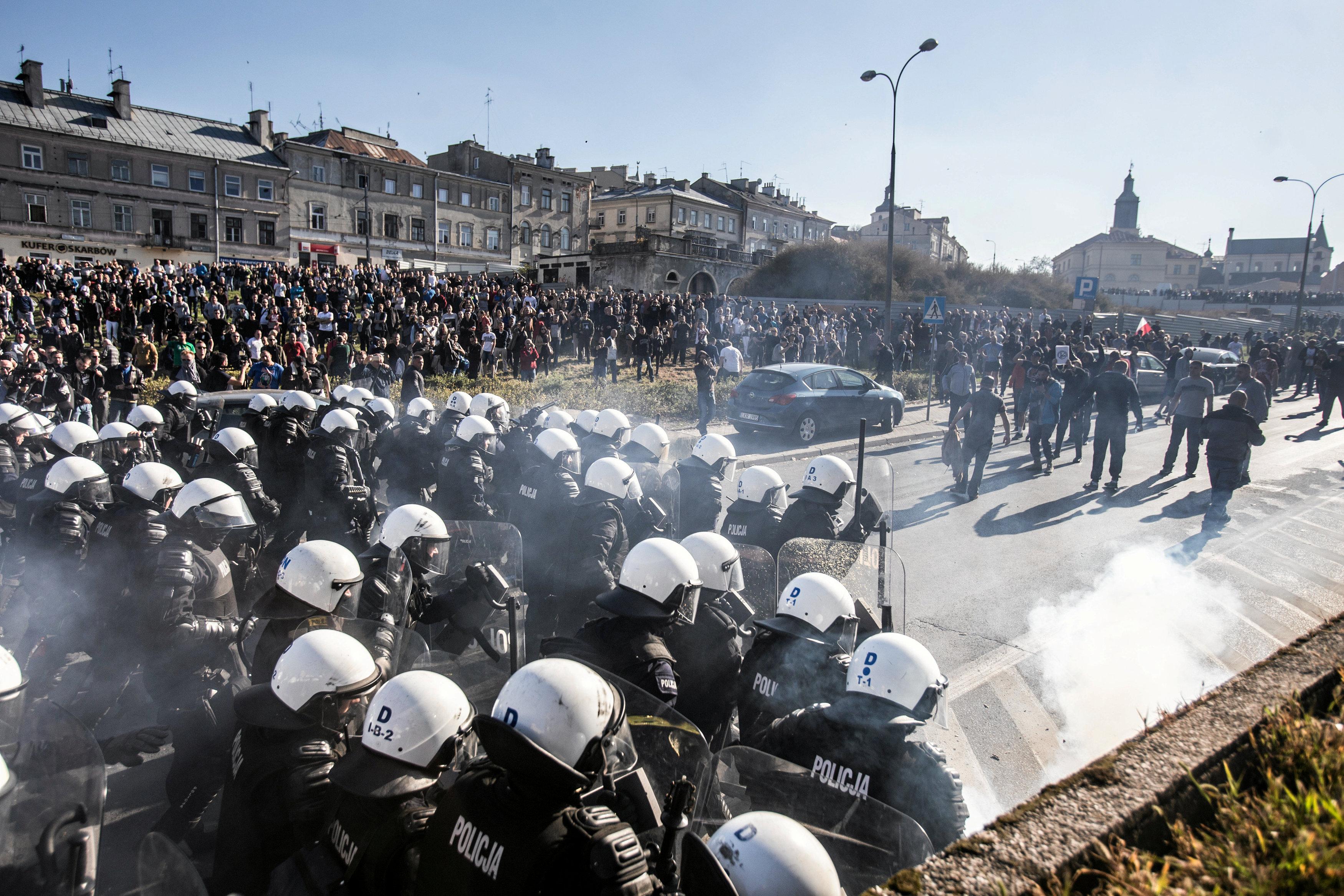 الشرطة البولندية تطلق الغاز المسيل للدموع