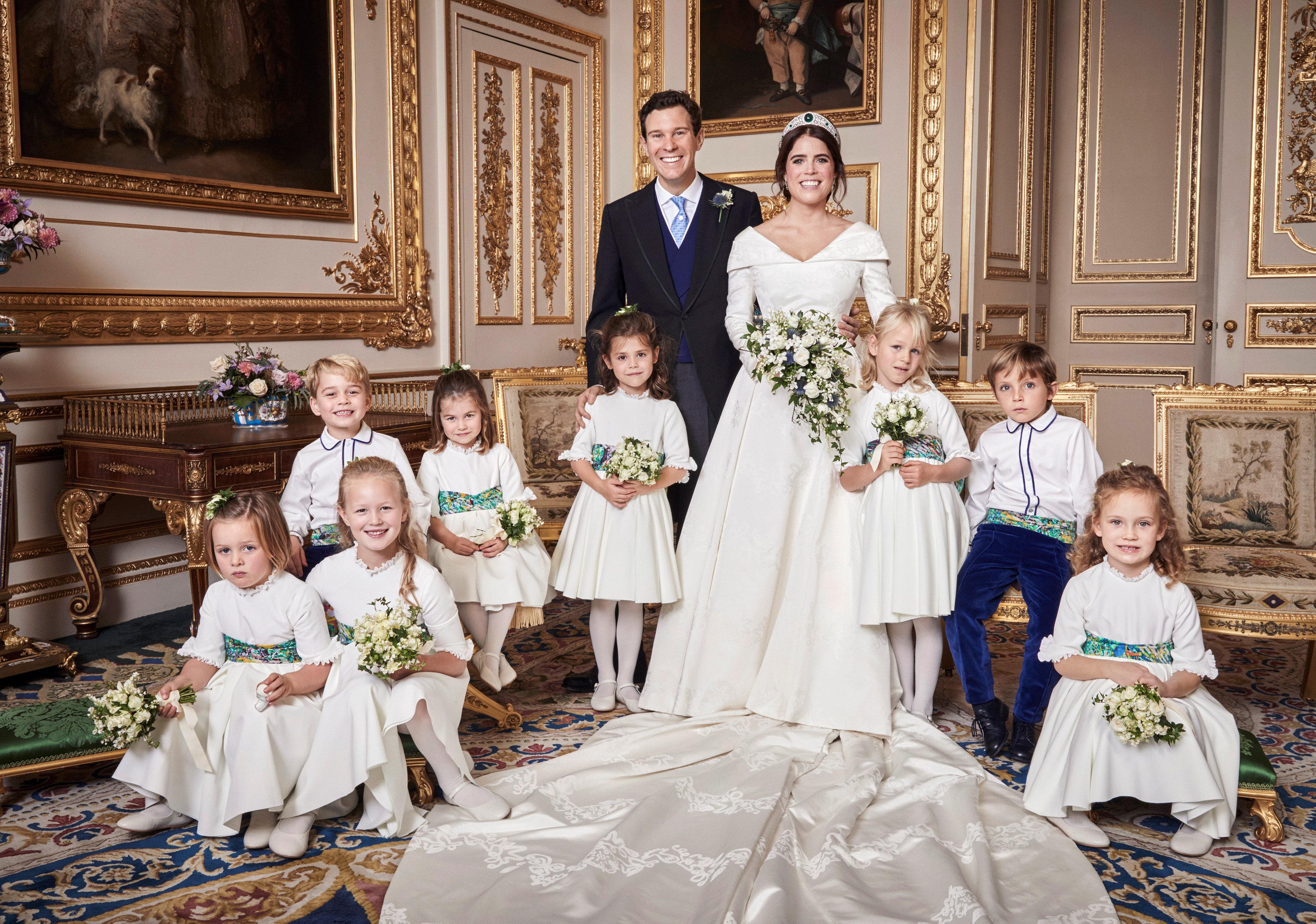 أطفال الأسرة الحاكمة يلتقطون صورة تذكارية مع العروسين