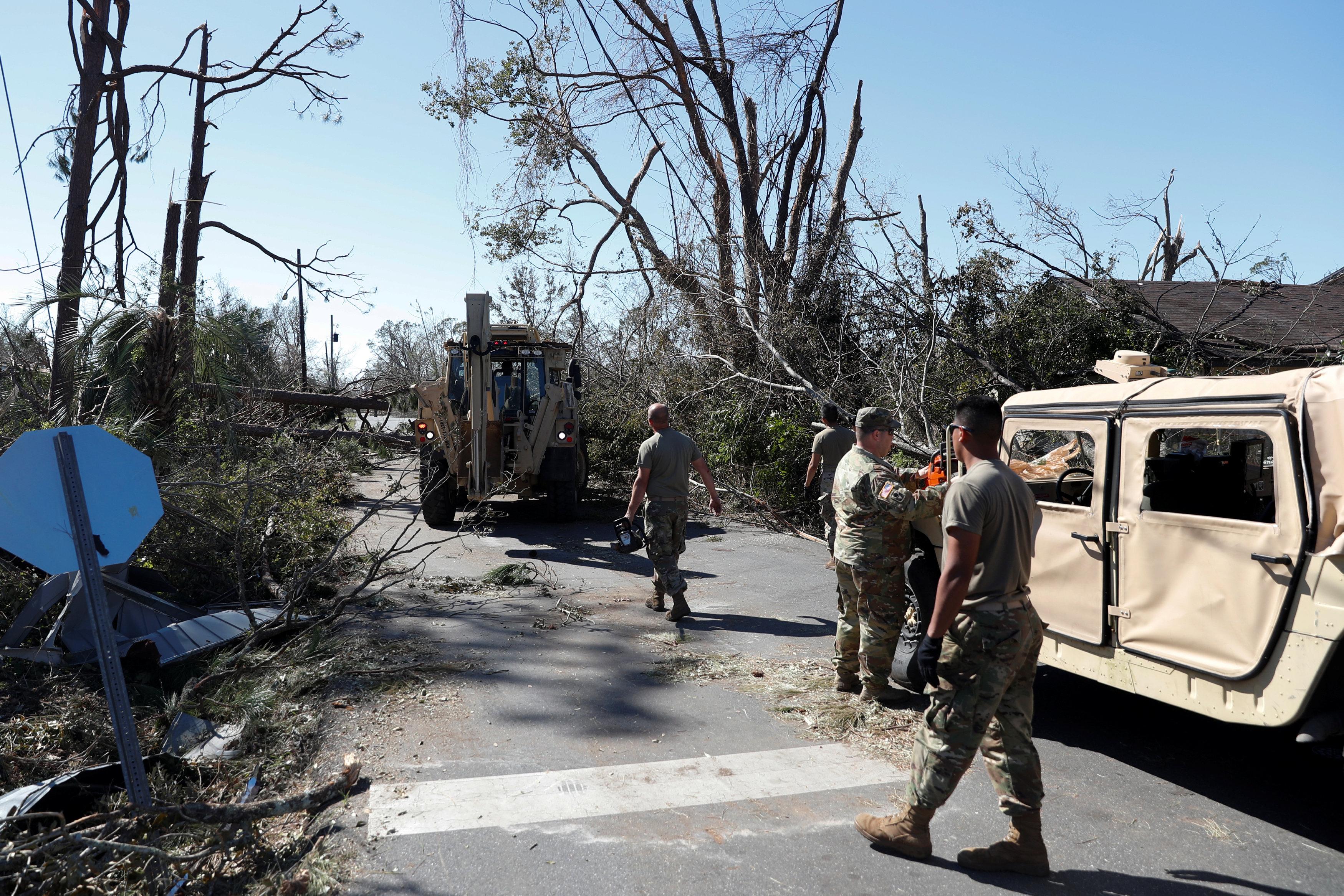 الجنود الامريكيون يزيلون اثار الاعصار
