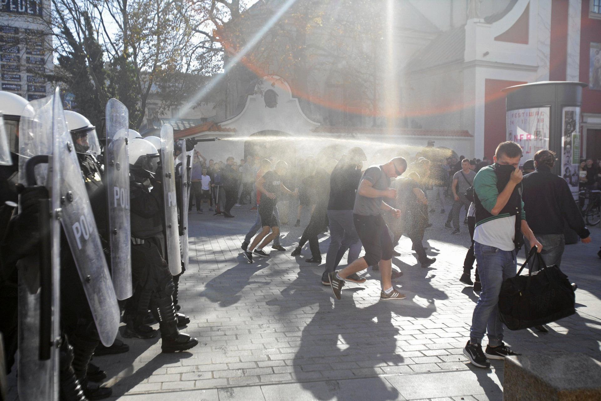 الشرطة البولندية تطلق الفلفل لتفريق المحتجين