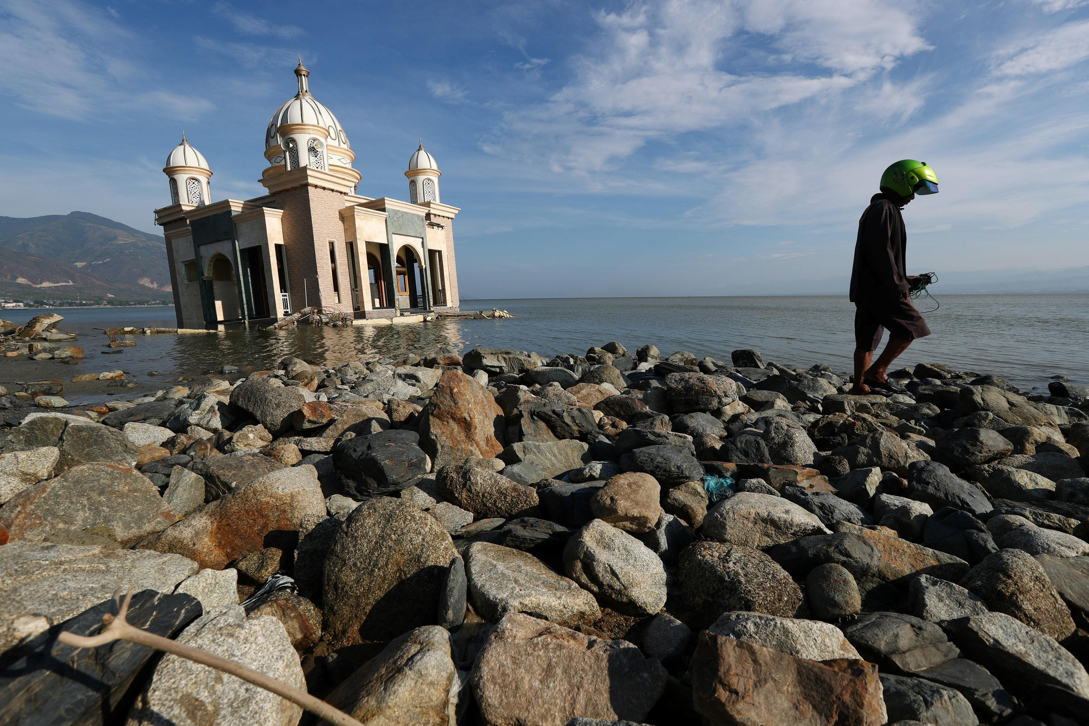 مسجد إندونيسى جرفته المياة بعيدا عن منطقة الزلزال دون أن يتأثر أجزاءه
