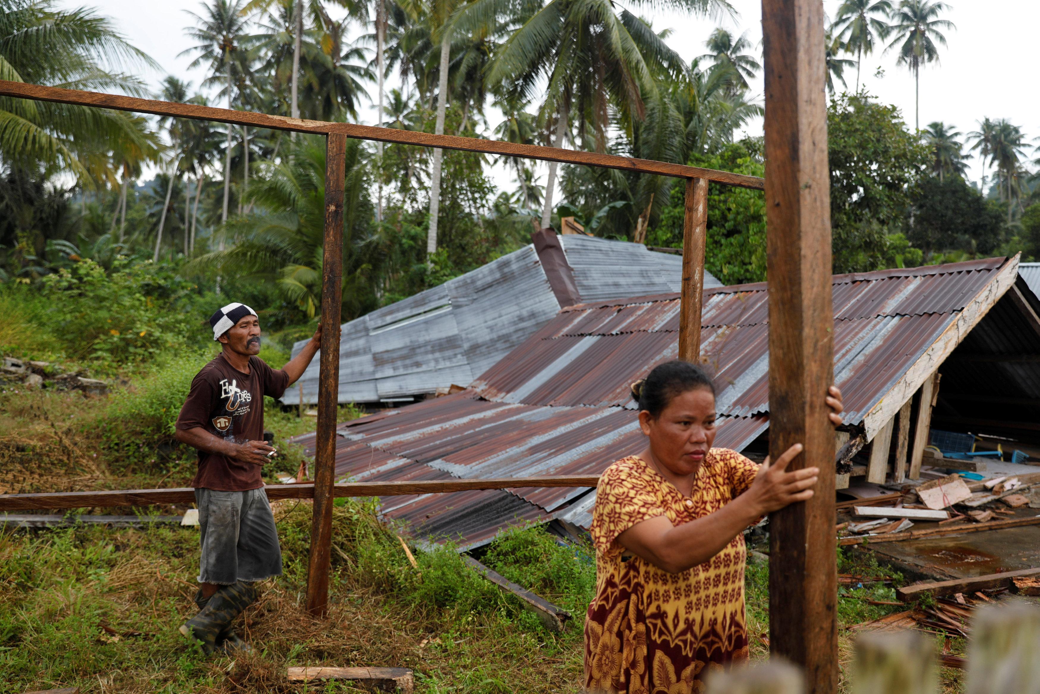 امرأة إندونيسية تشارك زوجها عمليات صناعة مخيم.
