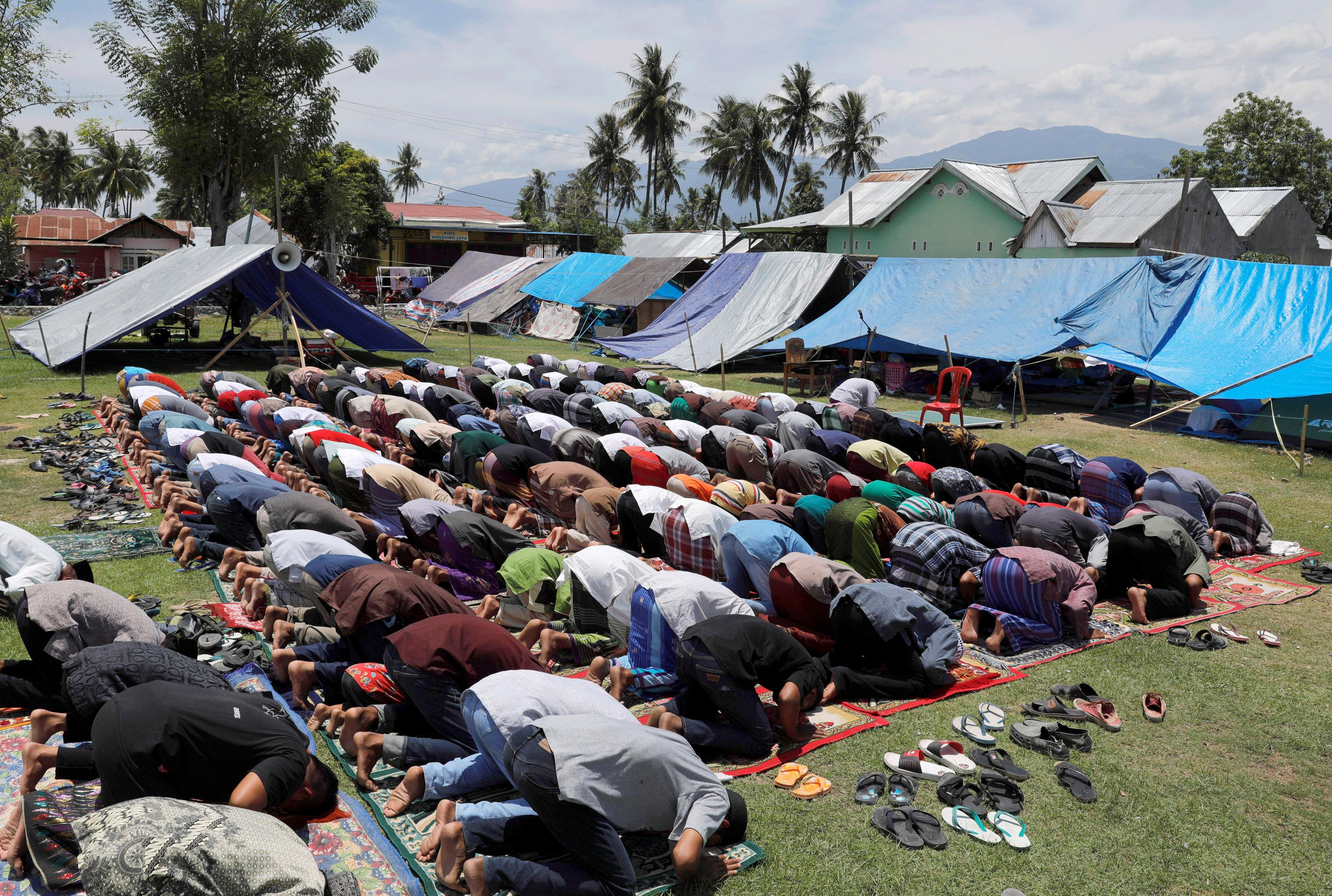 مواطنوا إندونيسيا يصلون بمواقع الزلزال أمام المخيمات طلبا للعفو من الله عز وجل