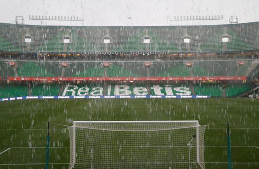 سقوط الأمطار على ملعب بينيتو فيامارين قبل مباراة إسبانيا وانجلترا