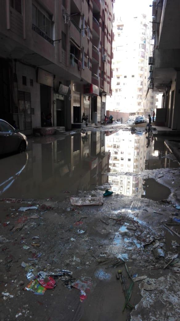 جانب من مياه الصرف الصحى بالشارع