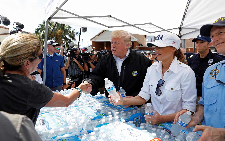 توزيع زجاجات المياة على المتضررين من الإعصار