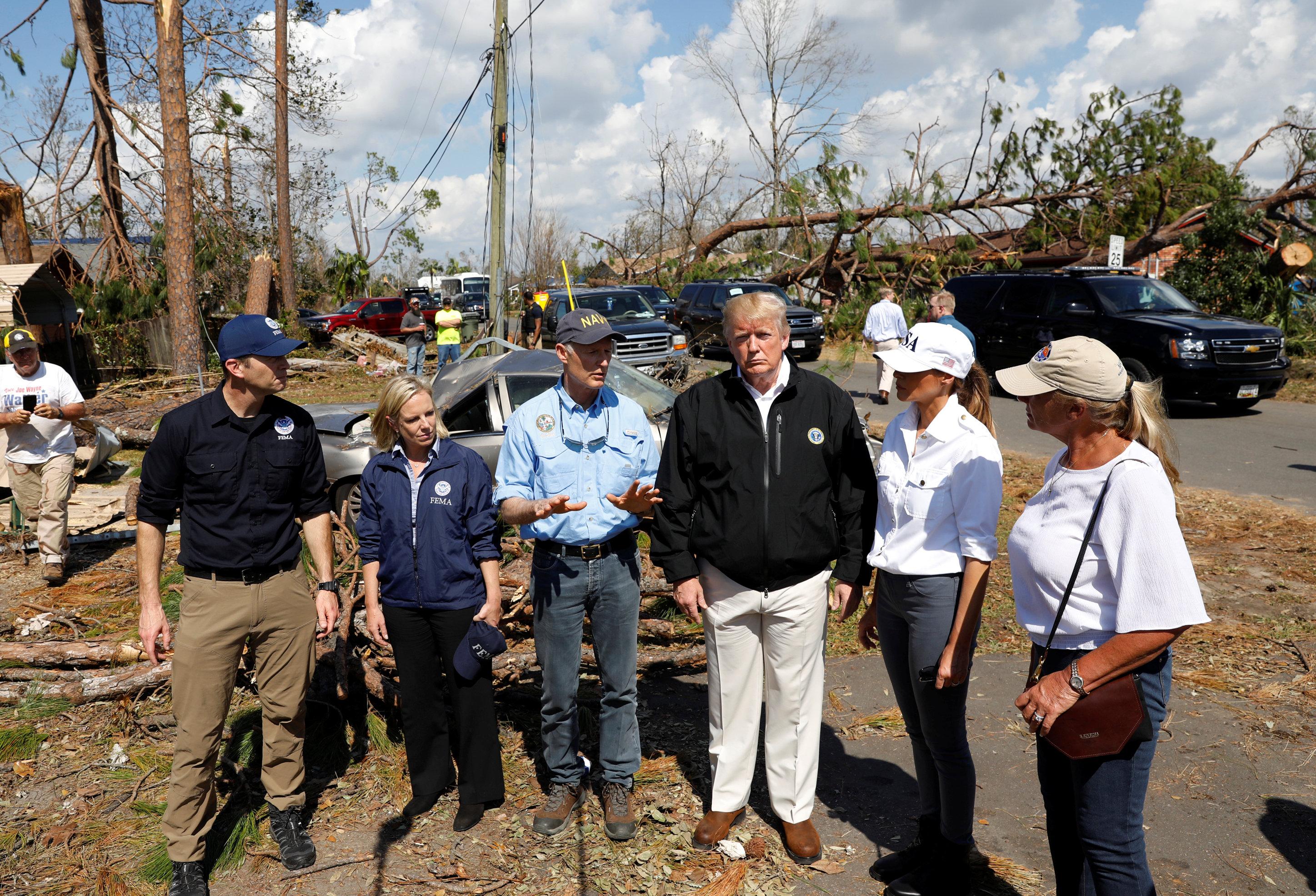 ترامب وزوجته بموقع الإعصار مايكل بولاية فلوريدا