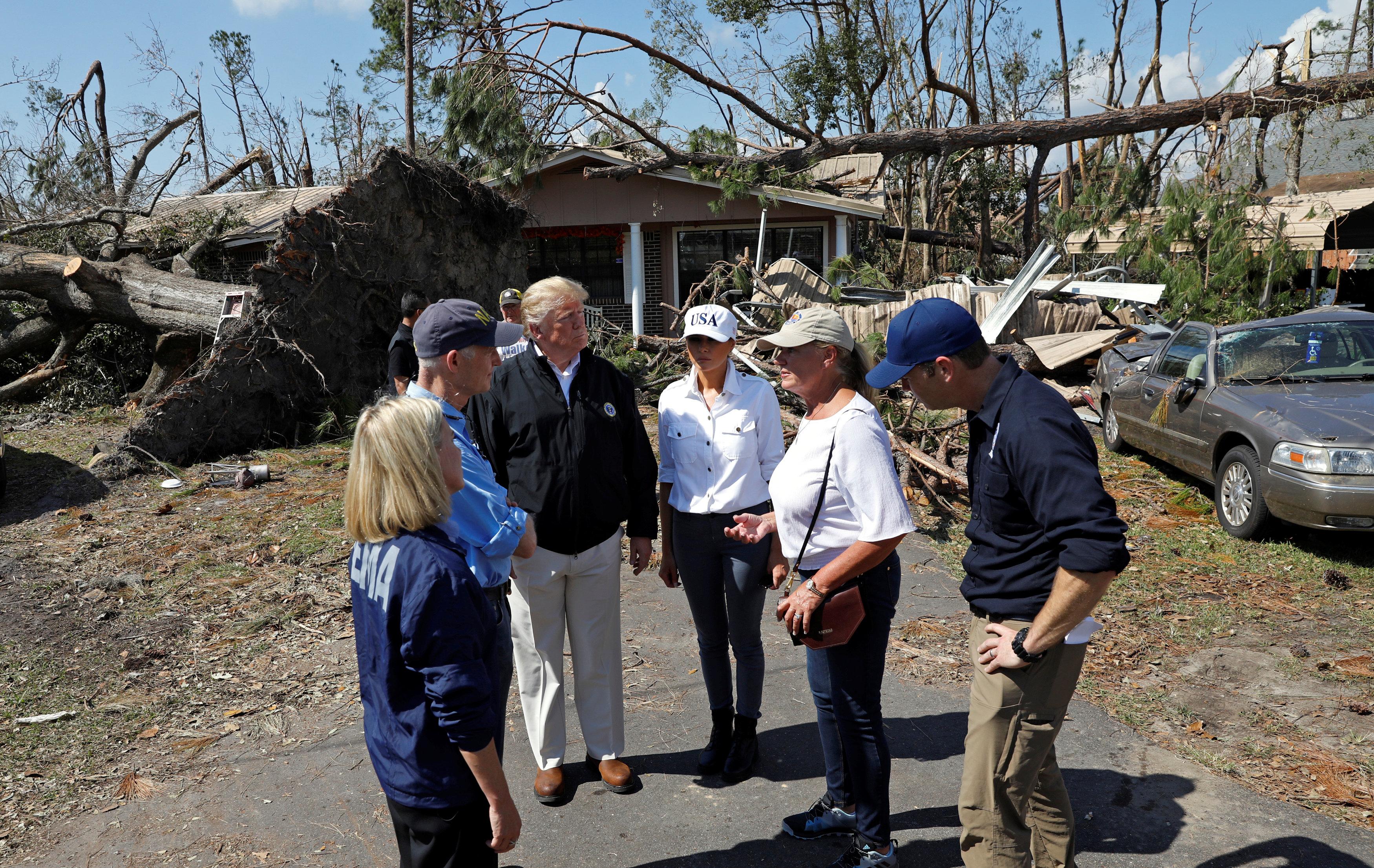 ترامب وزوجته بموقع الإعصار