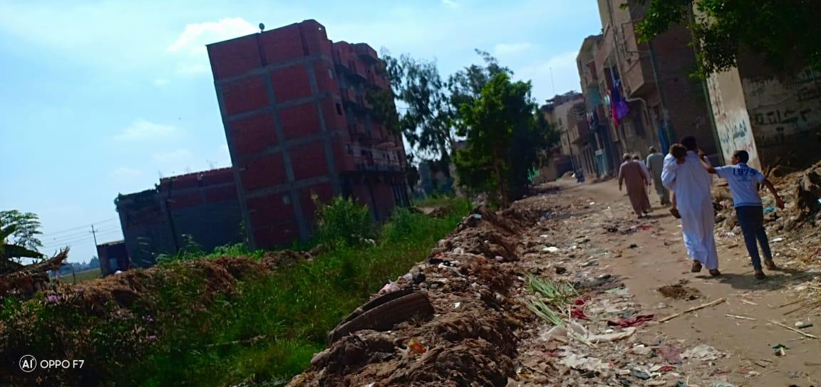 صور..  القمامة  تحاصر مصرف كنيسة دمشيت بالغربية  (3)