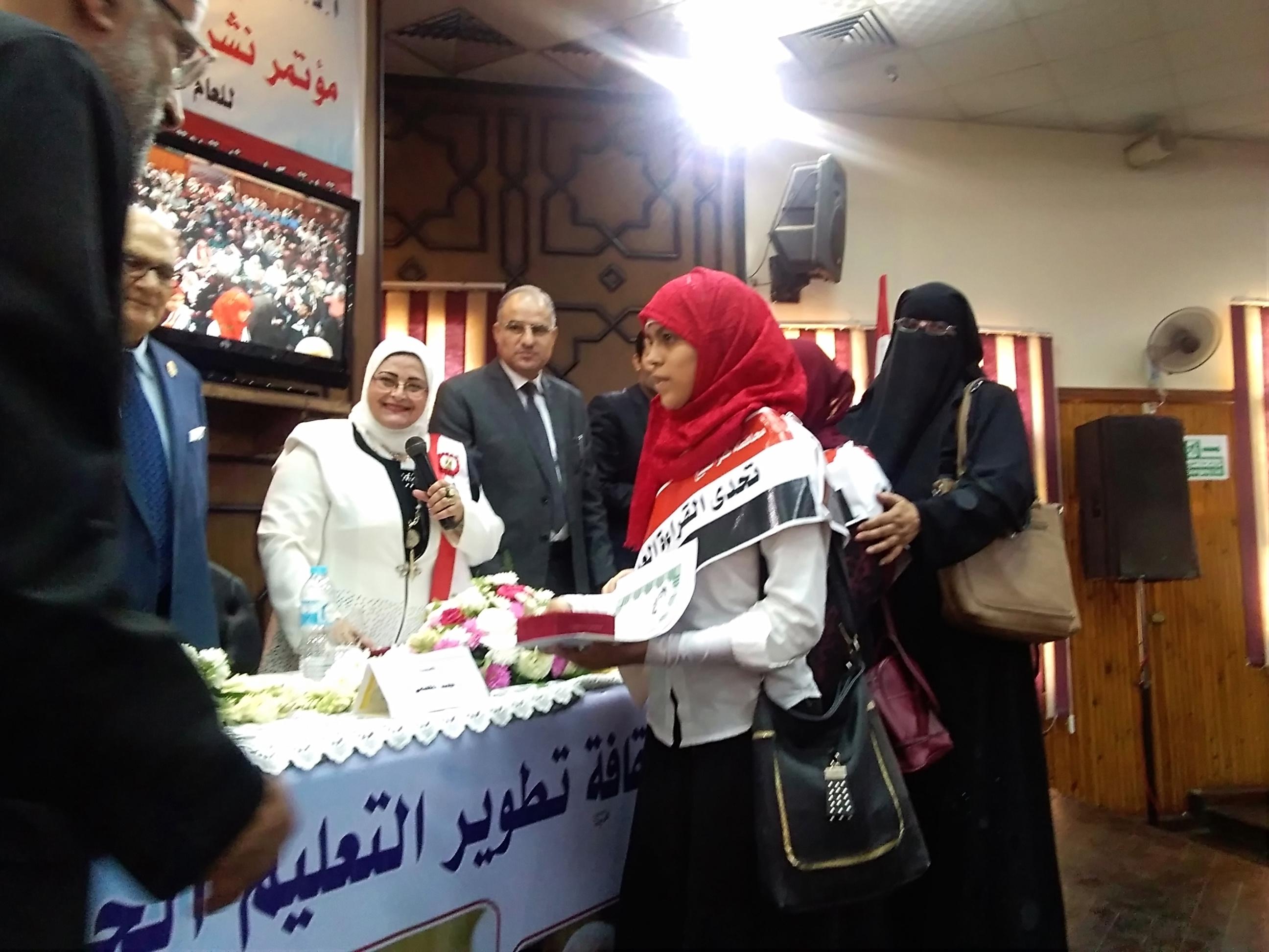 2- جانب من تكريم وكيل الوزارة للطالبتين