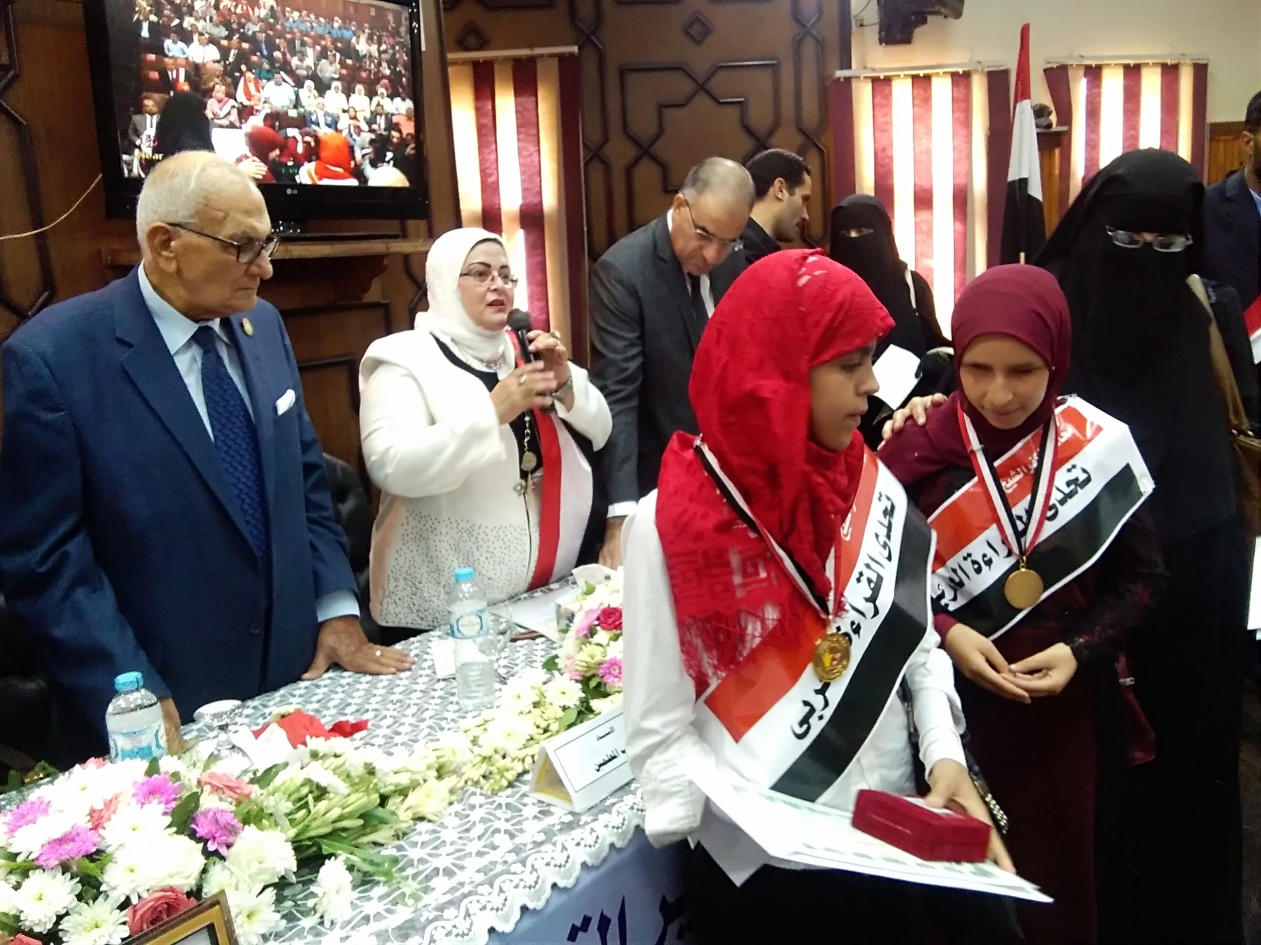 3- الطالبتان الفائزتان بالميدالية الذهبية
