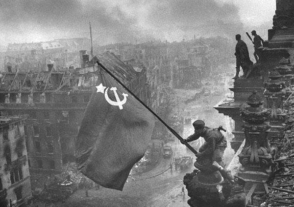 علم روسيا الشيوعية على مبنى القيادة الألمانية إيذانا بسقوط ألمانيا