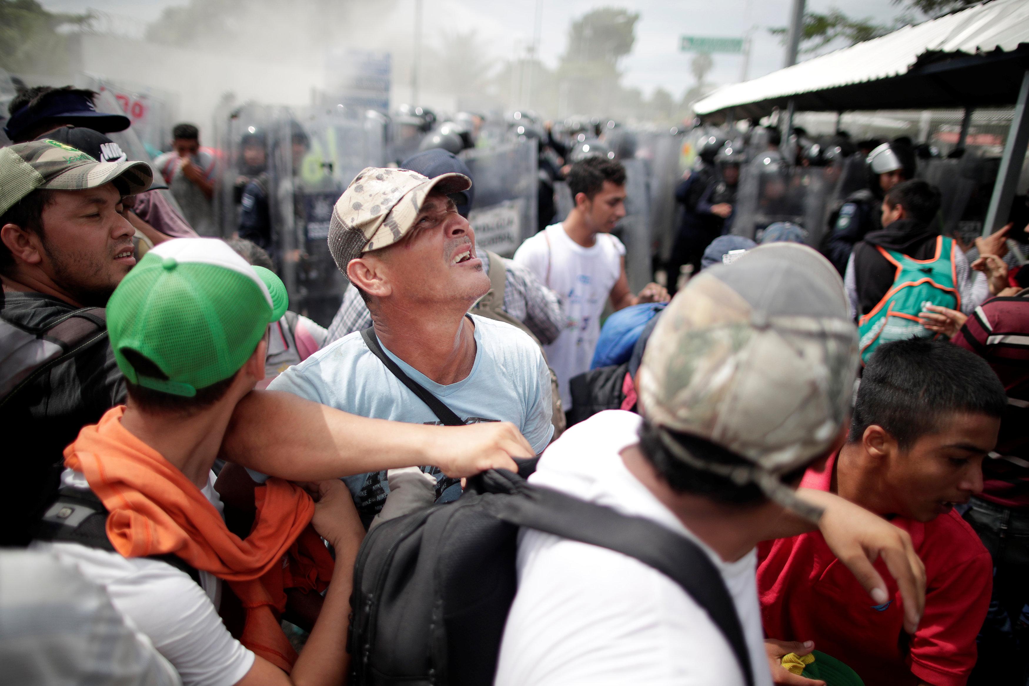 الشرطة تطلق الغاز المسيل على المهاجرين