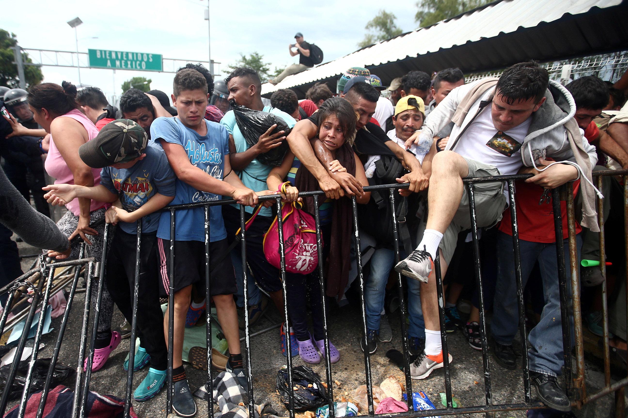 المئات يعبرون المتاريس الحديدية إلى جواتيمالا