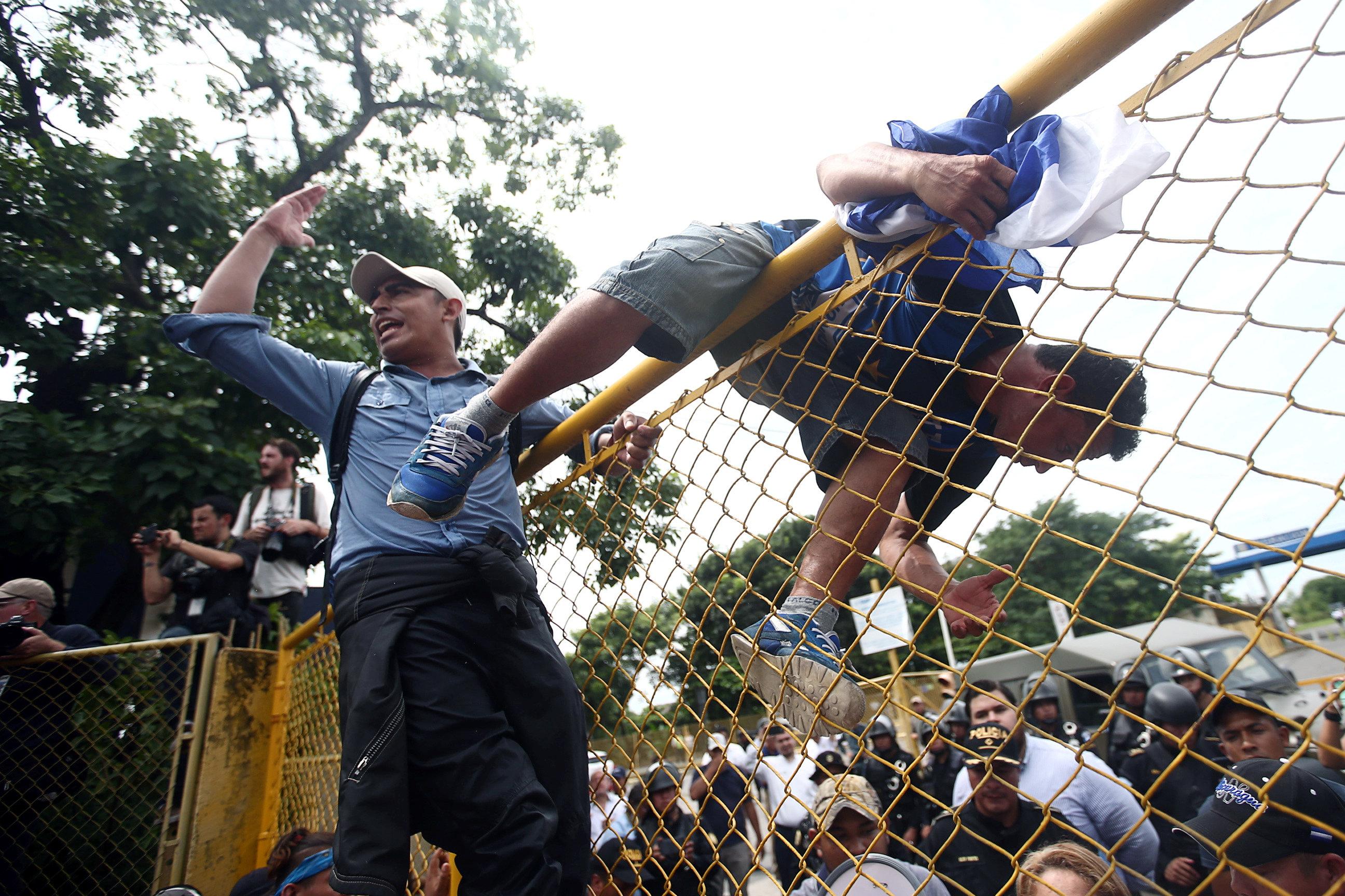 رجل يقفز فوق السياج