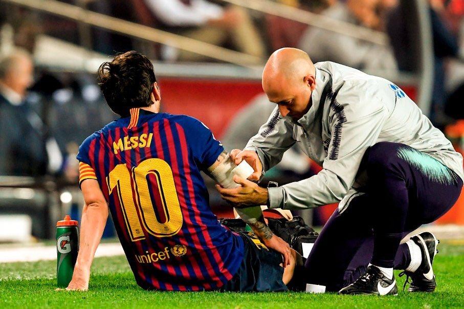 شاهد اصابة ميسي الخطيرة في اليد ضد اشبيلية - برشلونة ضد اشبيلية