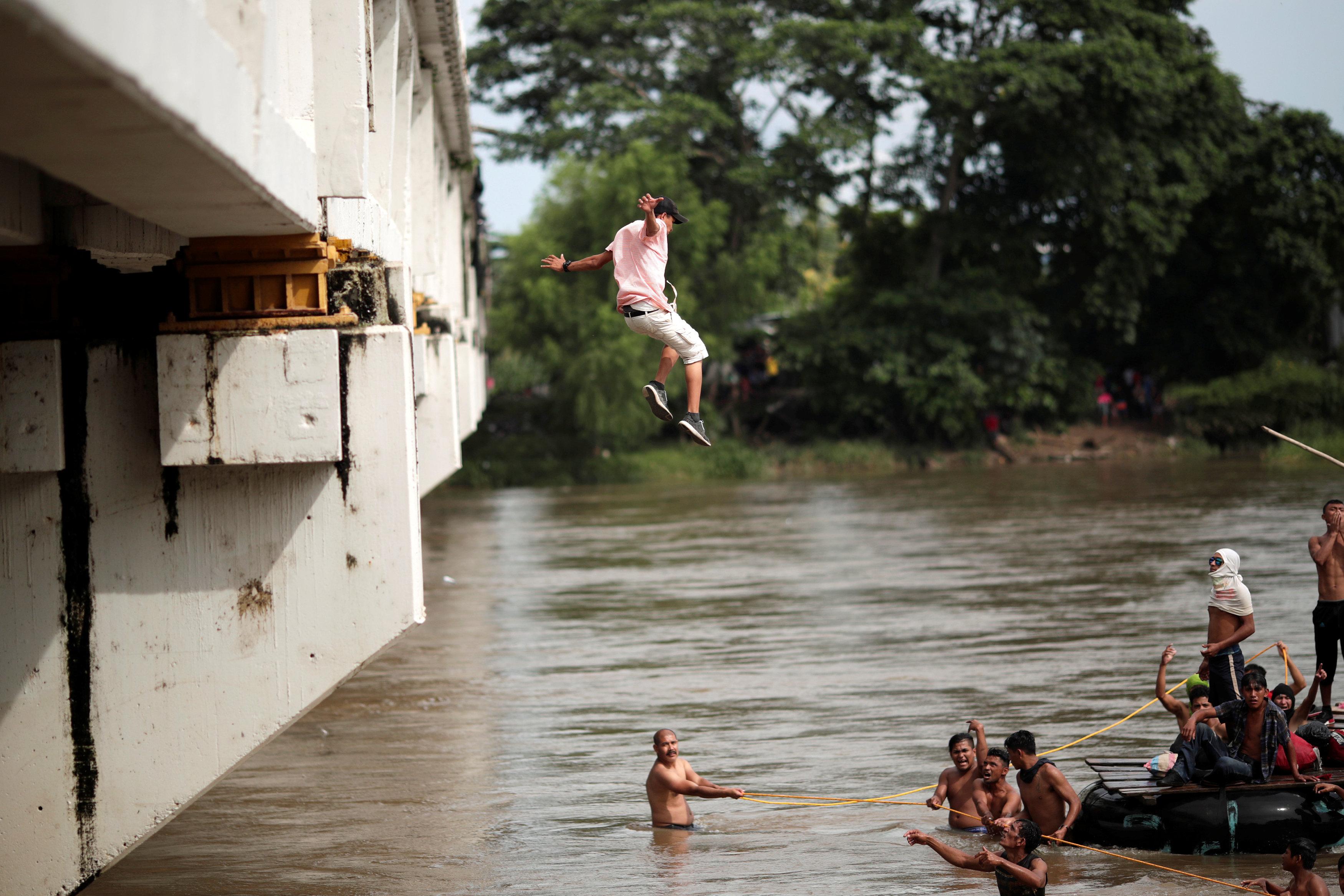 شاب يقفز بملابسه فى المياه