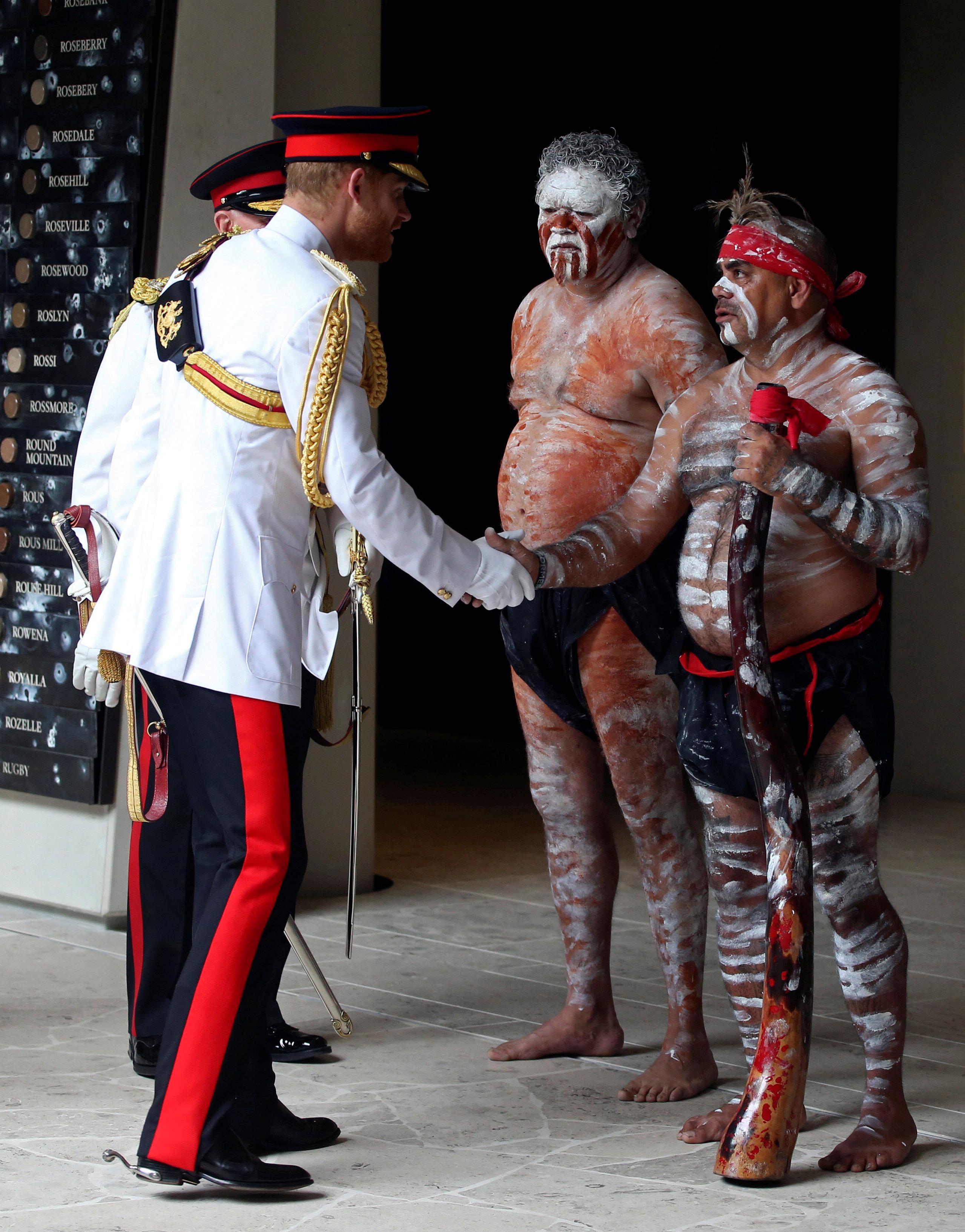 الأمير هارى يلتقى عددا من السكان الأصليين لاستراليا