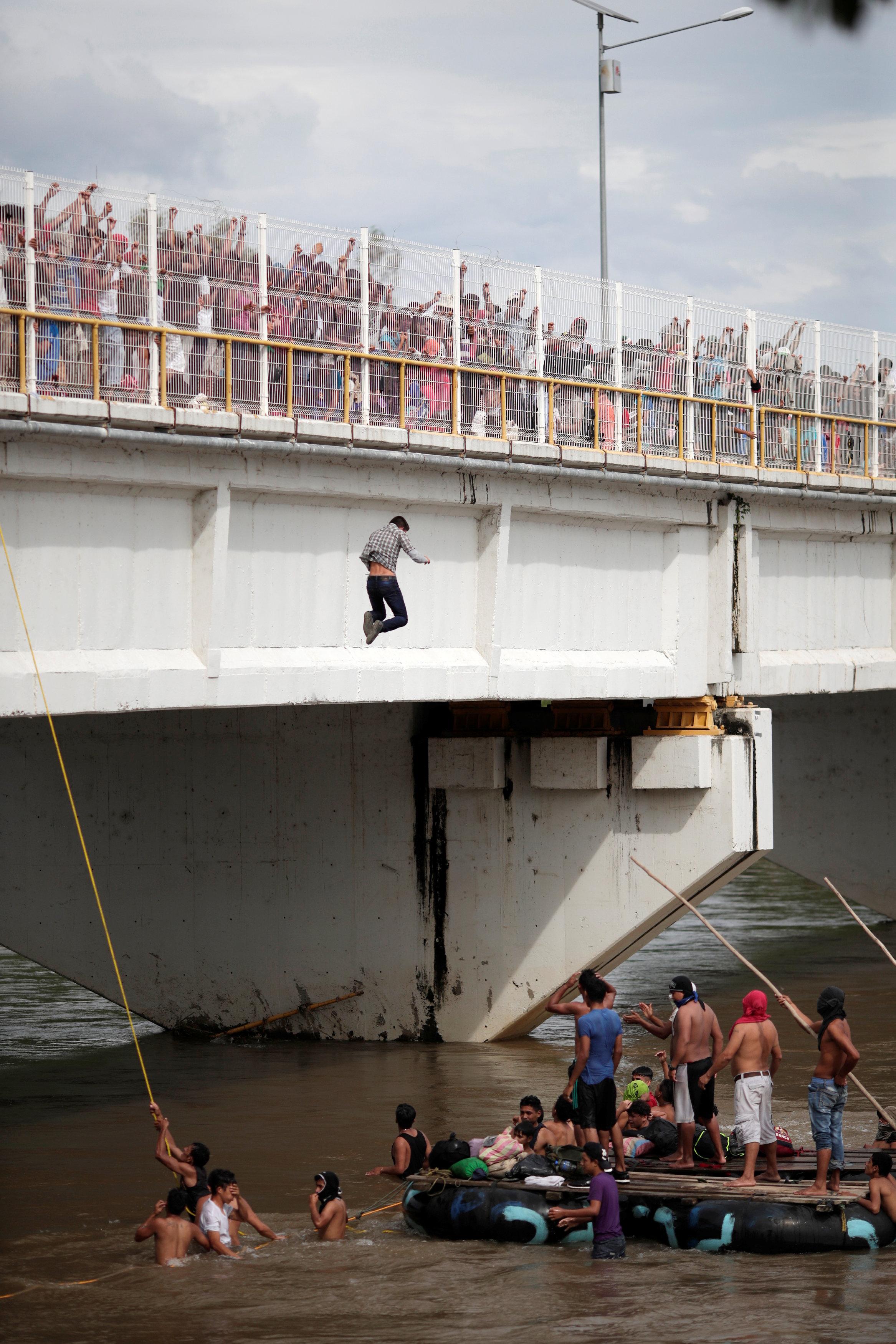 شخص يقفز فى المياه