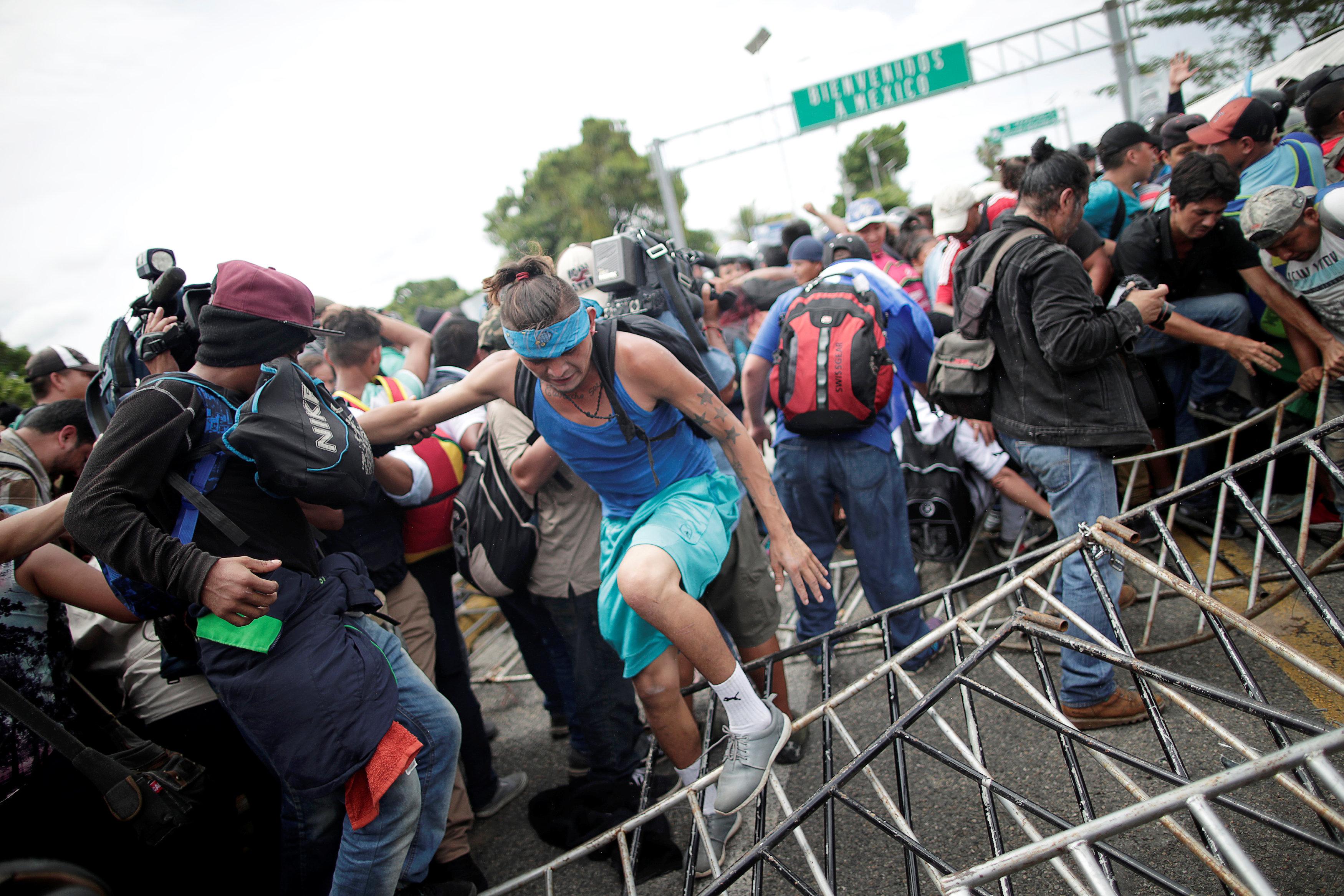 سكان هندوراس يهربون إلى جواتيمالا