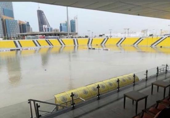 غرق ملعب فى قطر