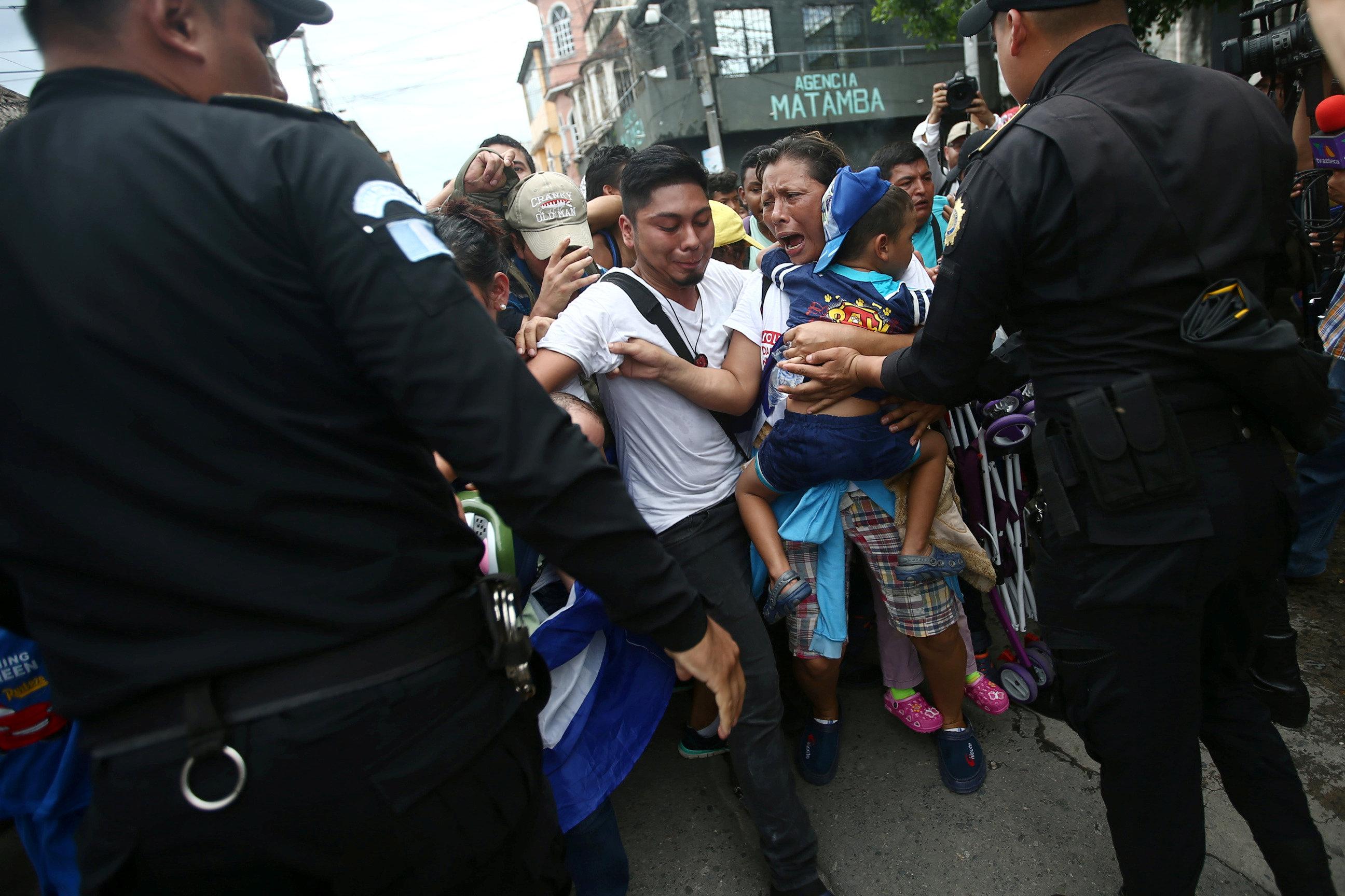 الشرطة تحاول منع المهاجرين