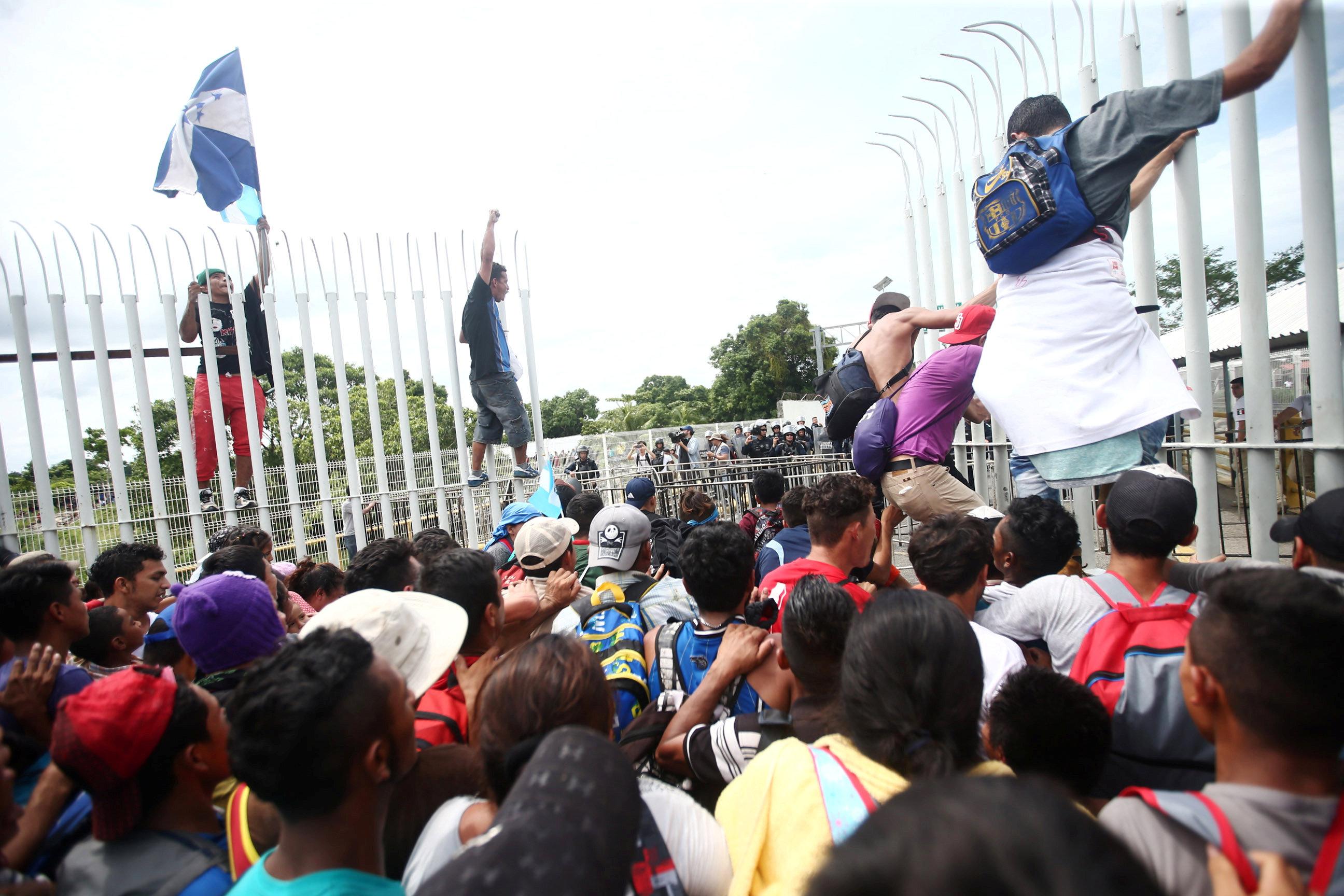 آلاف من سكان هندوراس