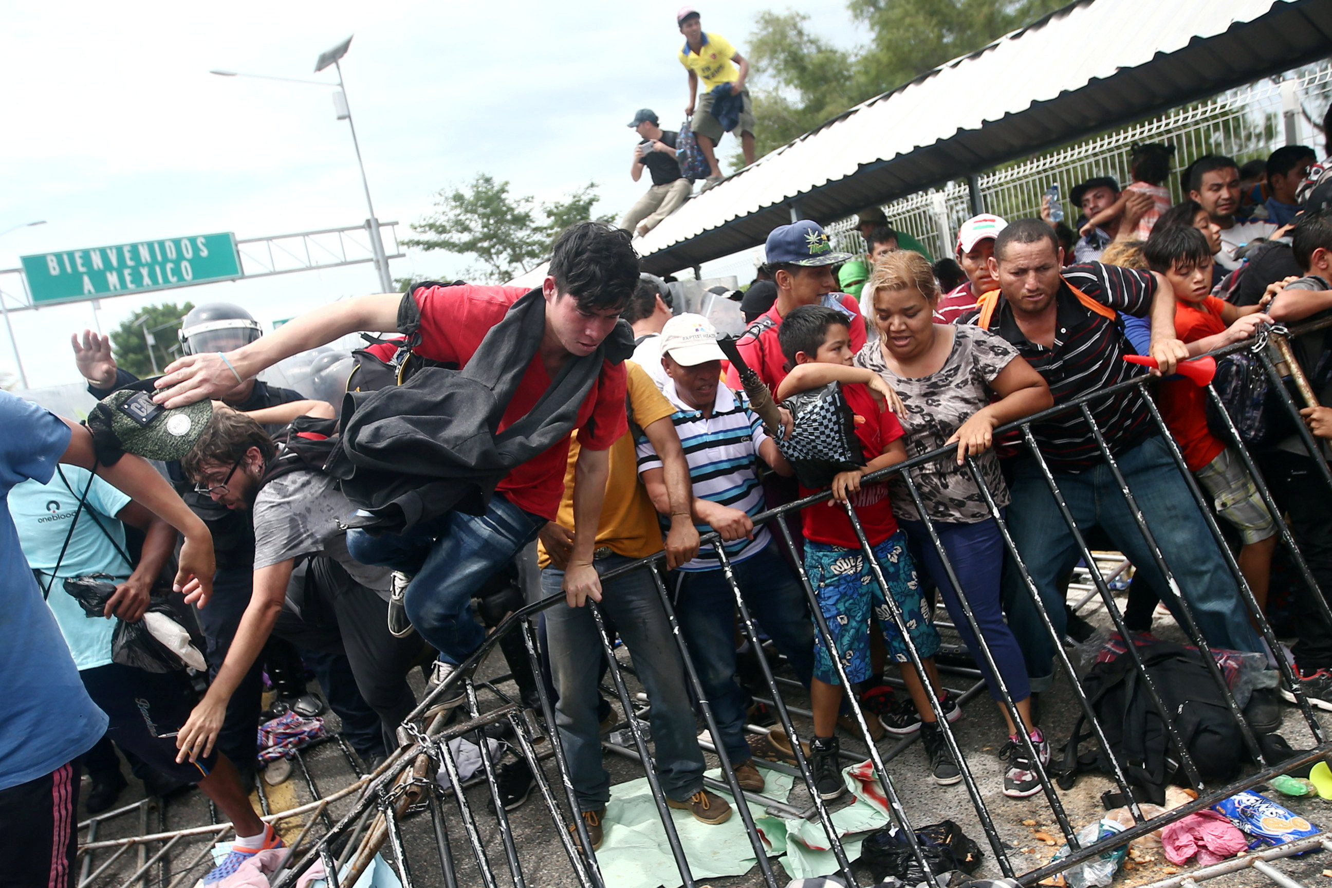 شاب يقفز فوق المتاريس الحديدية