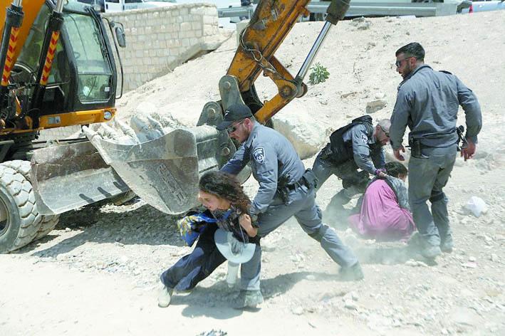 3-مواجهات-بين-شبان-فلسطينيين-وجيش-الإحتلال-الإسرائيلي-في-خان-الأحمر-شرق-القدس