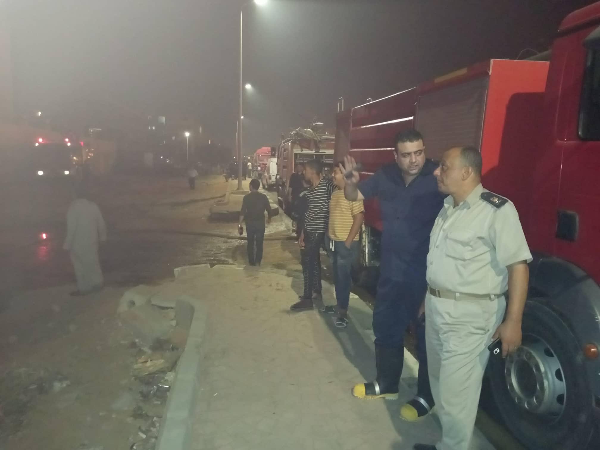 12 سيارة إطفاء للسيطرة على حريق بمصنع أدوات كهربائية بالعاشر من رمضان (2)