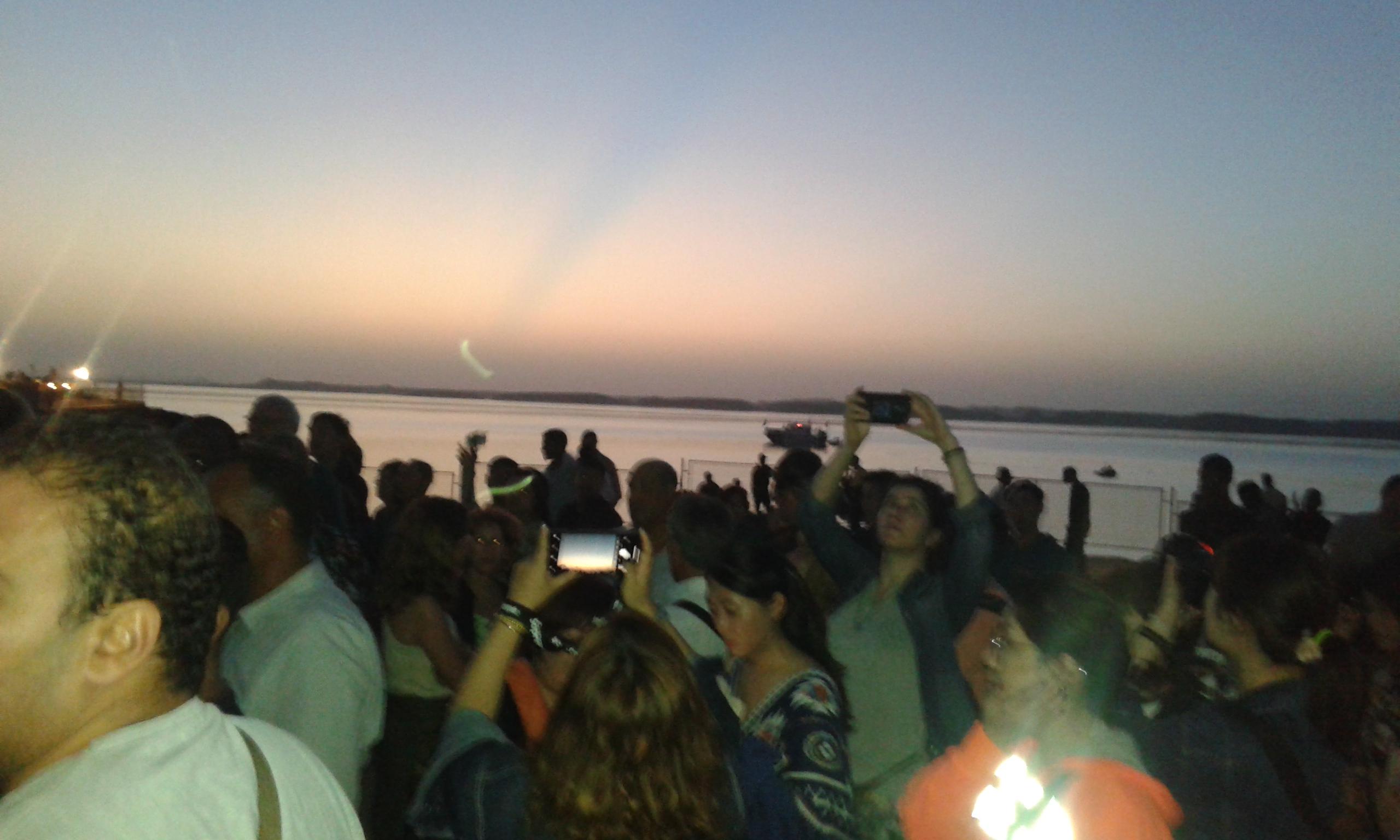 السياح يلتقطون السيلفى أمام معبد أبو سمبل (1)