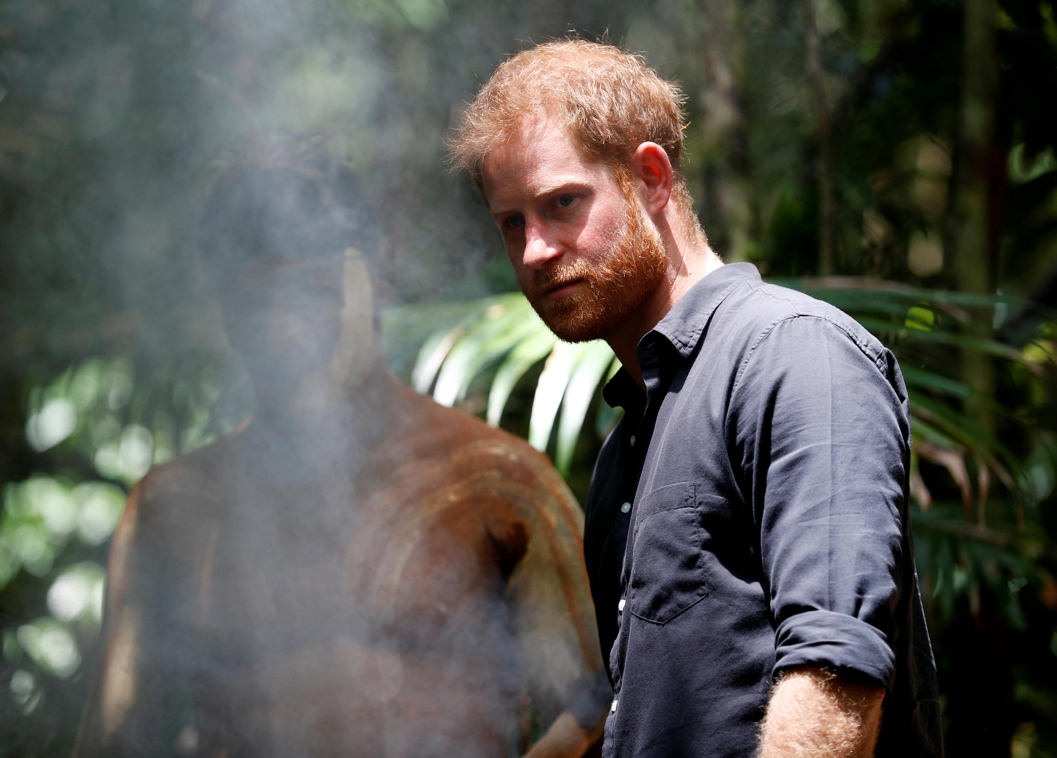 صورة للأمير هارى مع أحد السكان الأصليين للجزيرة