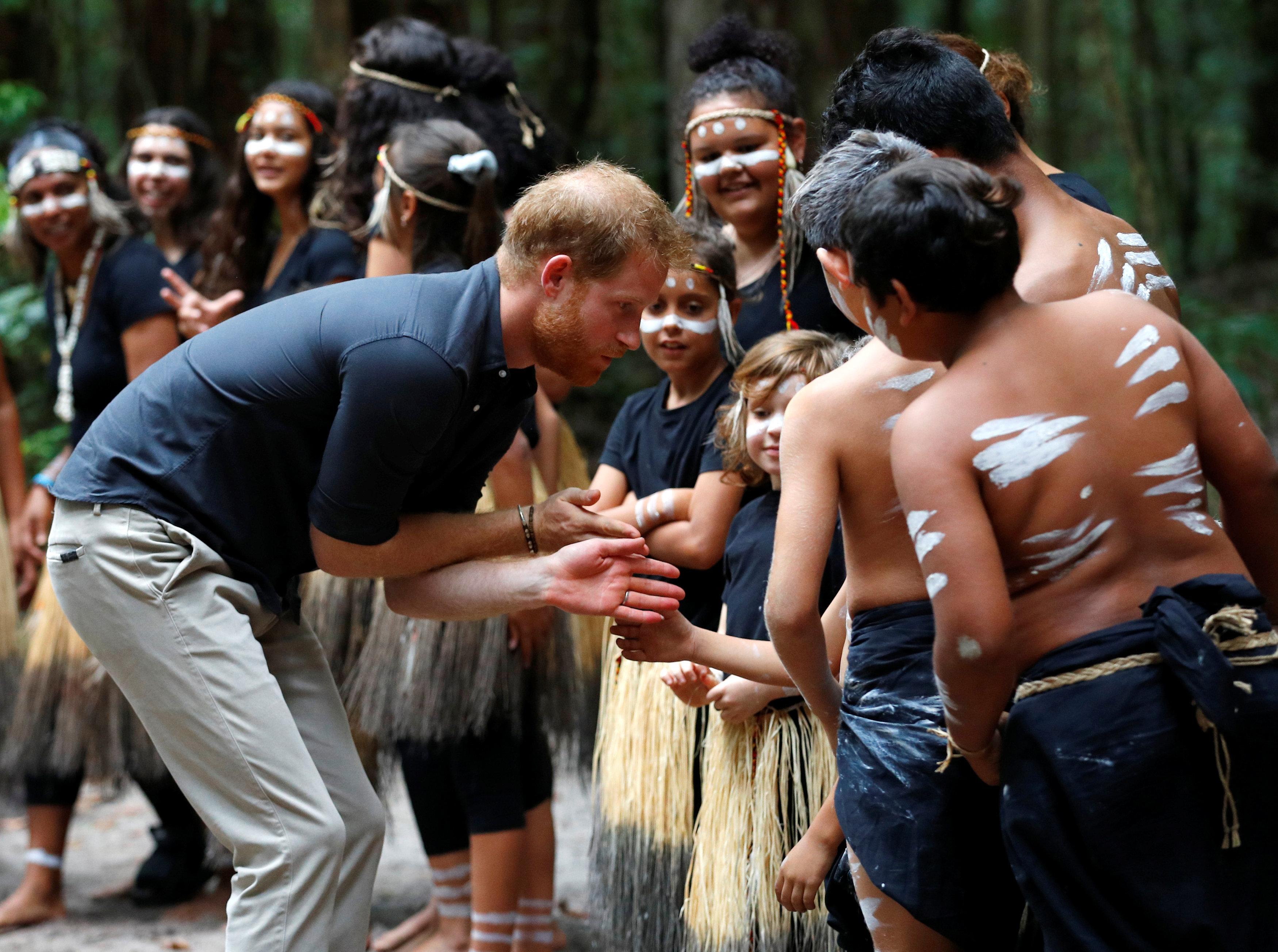 أطفال الجزيرة يرحبون بالأمير هارى