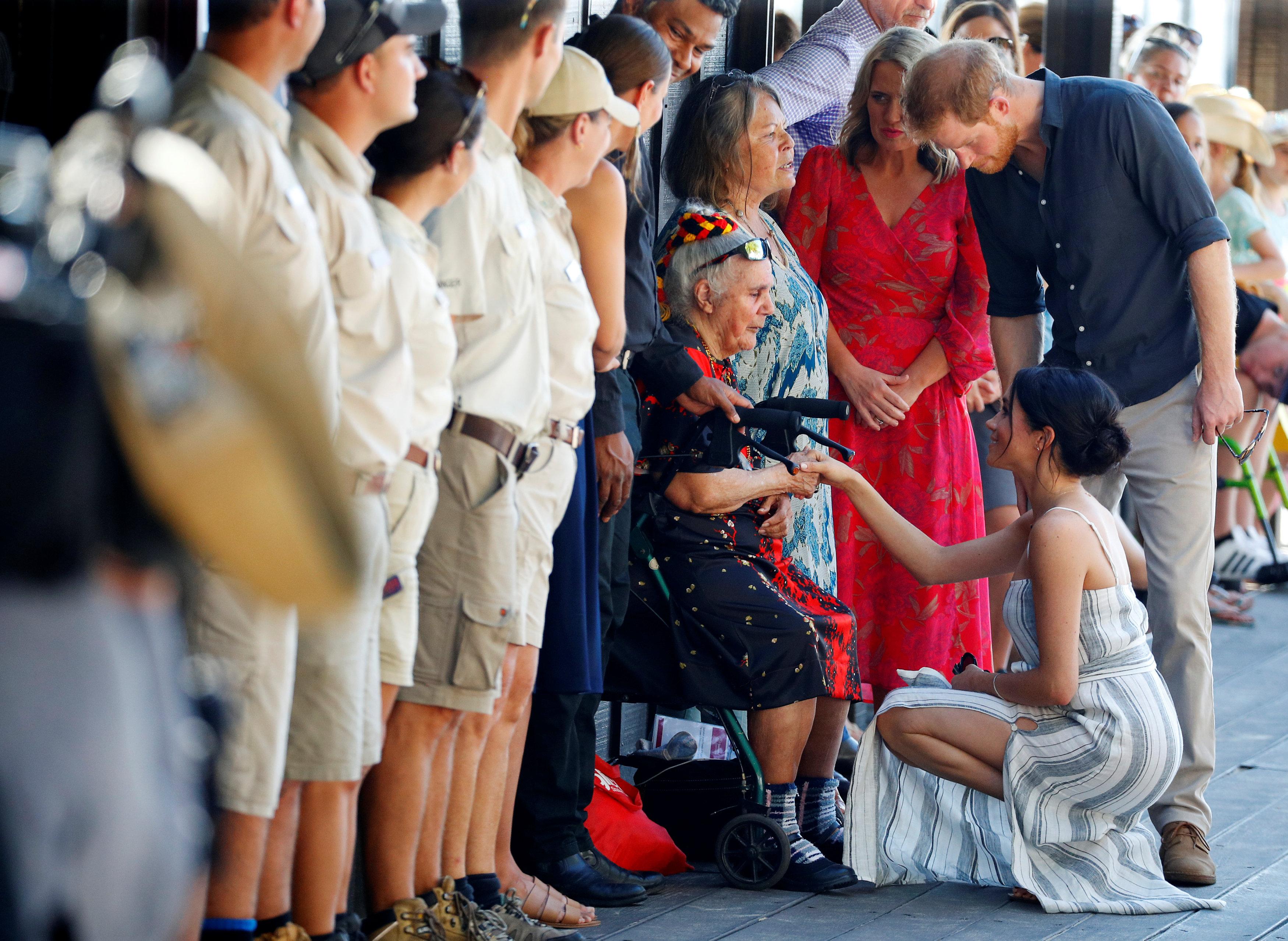 ميجان تصافح سيدة مسنة حرصت على استقبالها