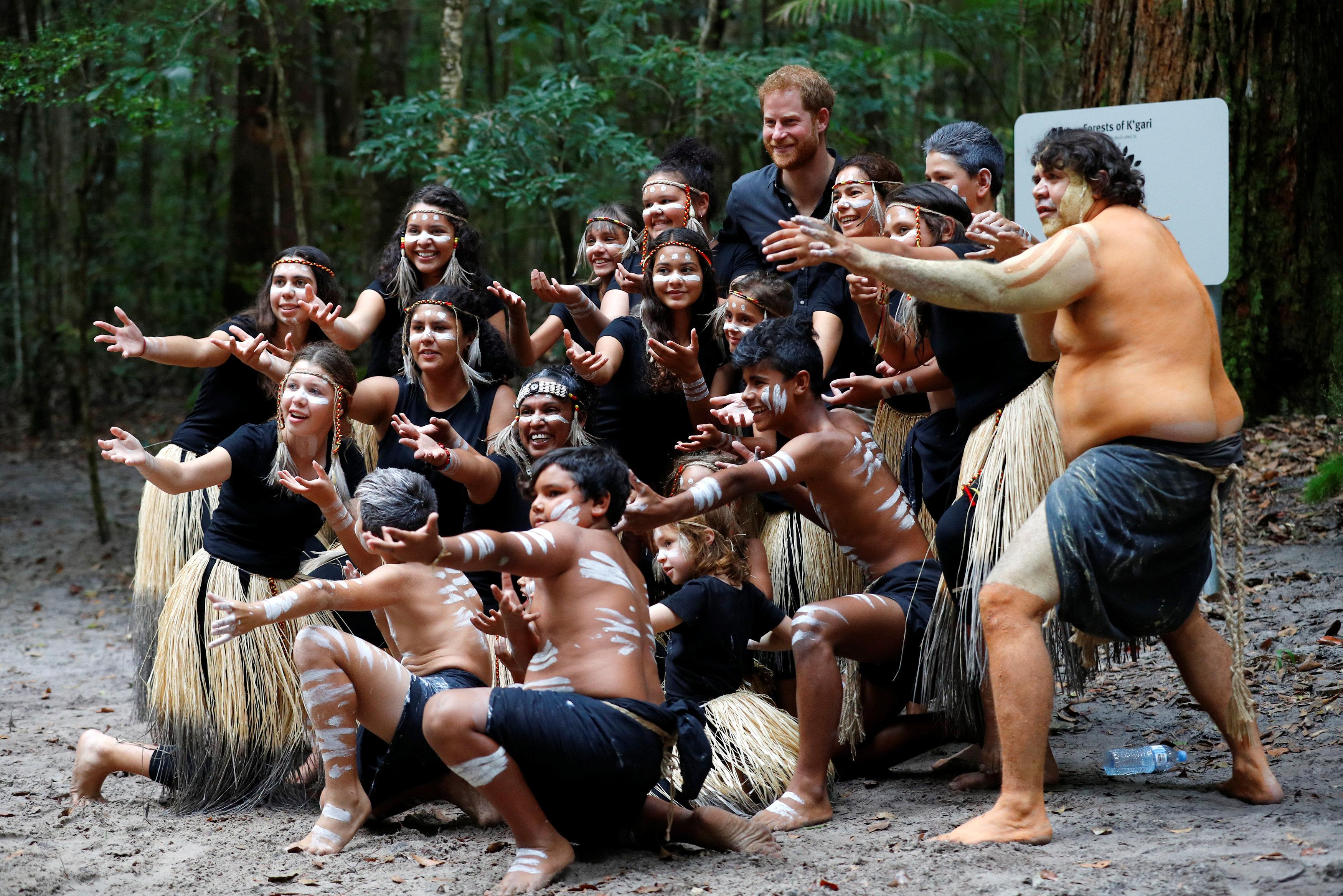 هارى يلتقط صورة تذكارية مع عدد من سكان الجزيرة الأصليين