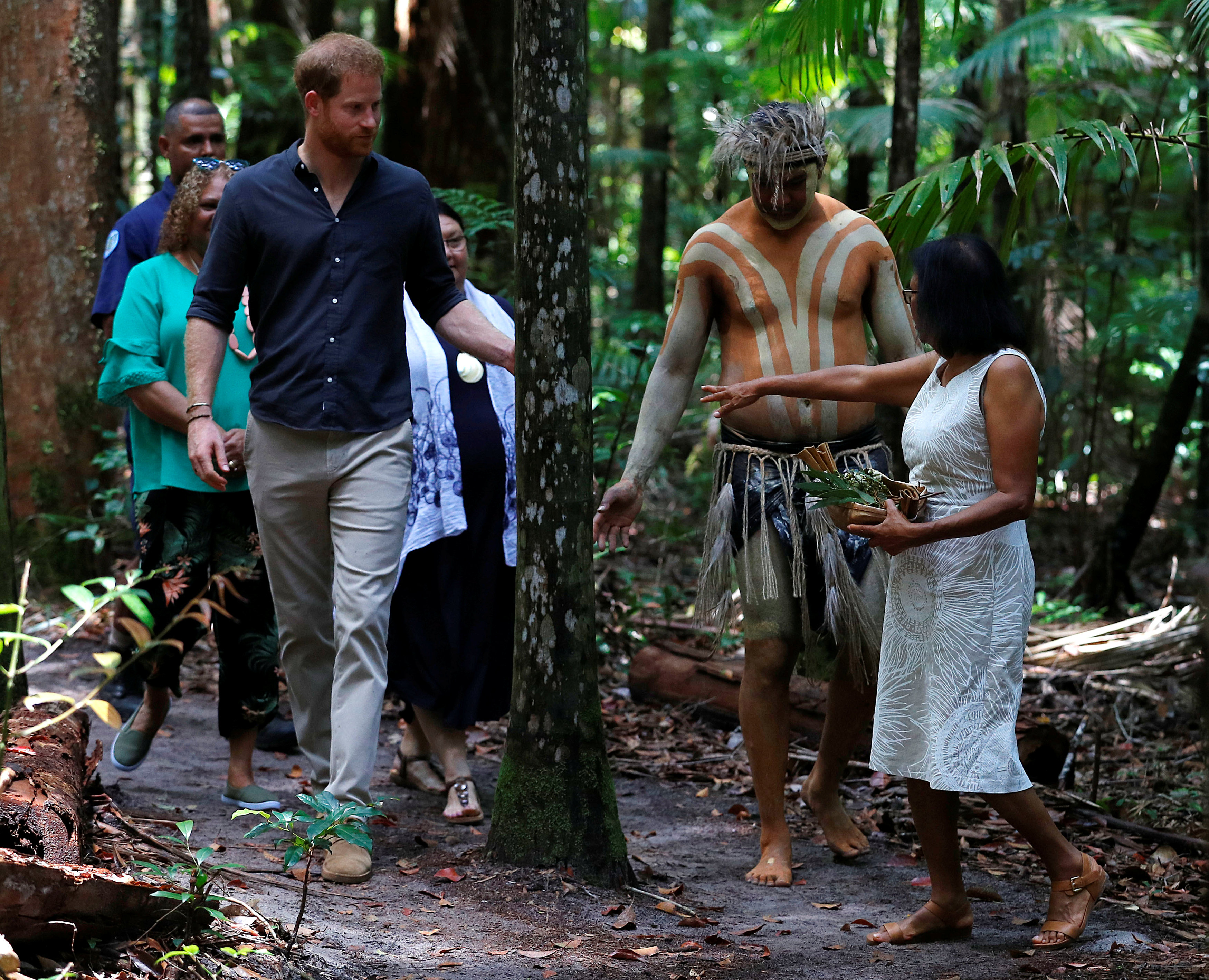 سكان الجزيرة الأصليين يتجولون مع الأمير هارى