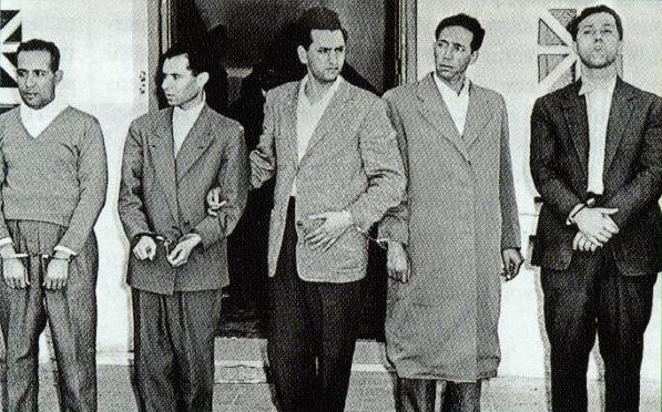 قادة الثورة الجزائرية مقيدين بعد اعتقالهم