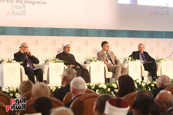 صور ندوة الدولية للأزهر حول الإسلام والغرب.. تنوعٌ وتكاملٌ (24)