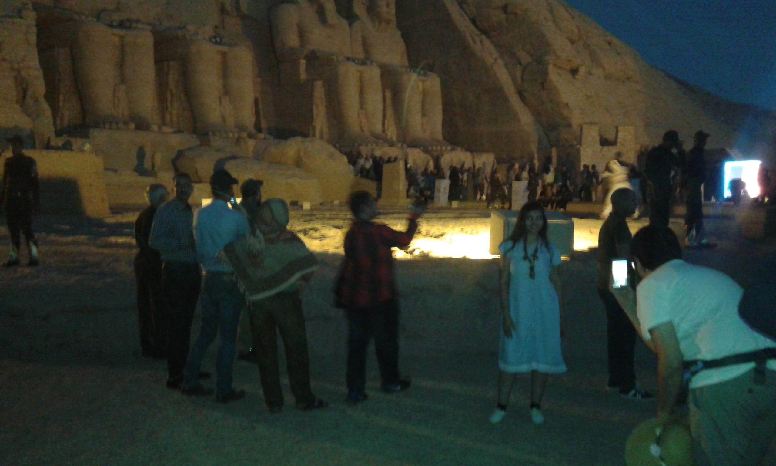 السياح يلتقطون السيلفى أمام معبد أبو سمبل (3)
