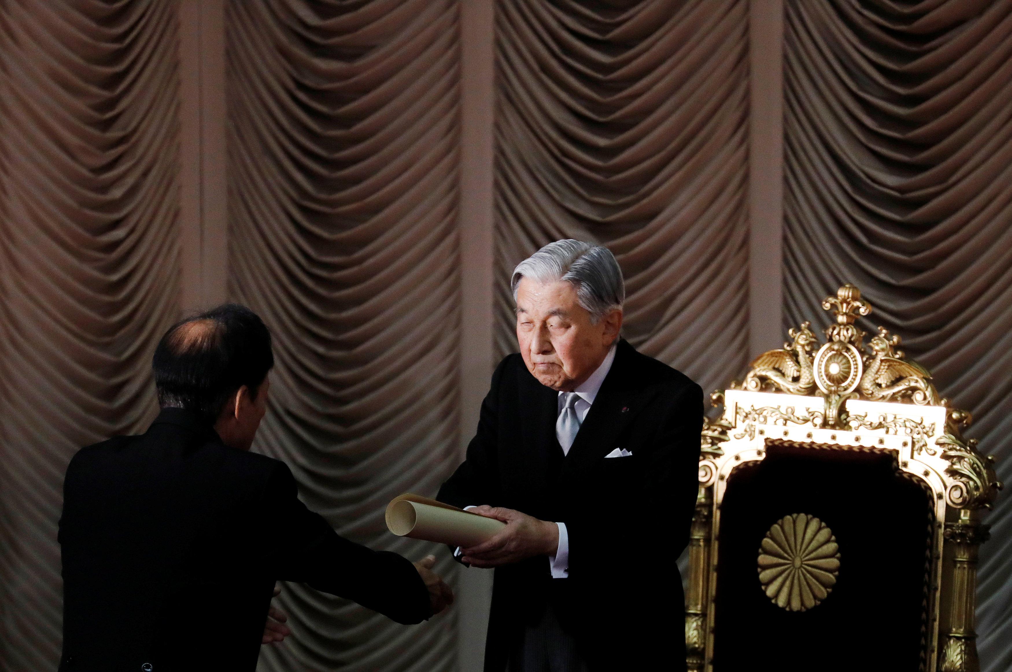 إمبراطور اليابان أثناء افتتاح دورة برلمانية غير عادية