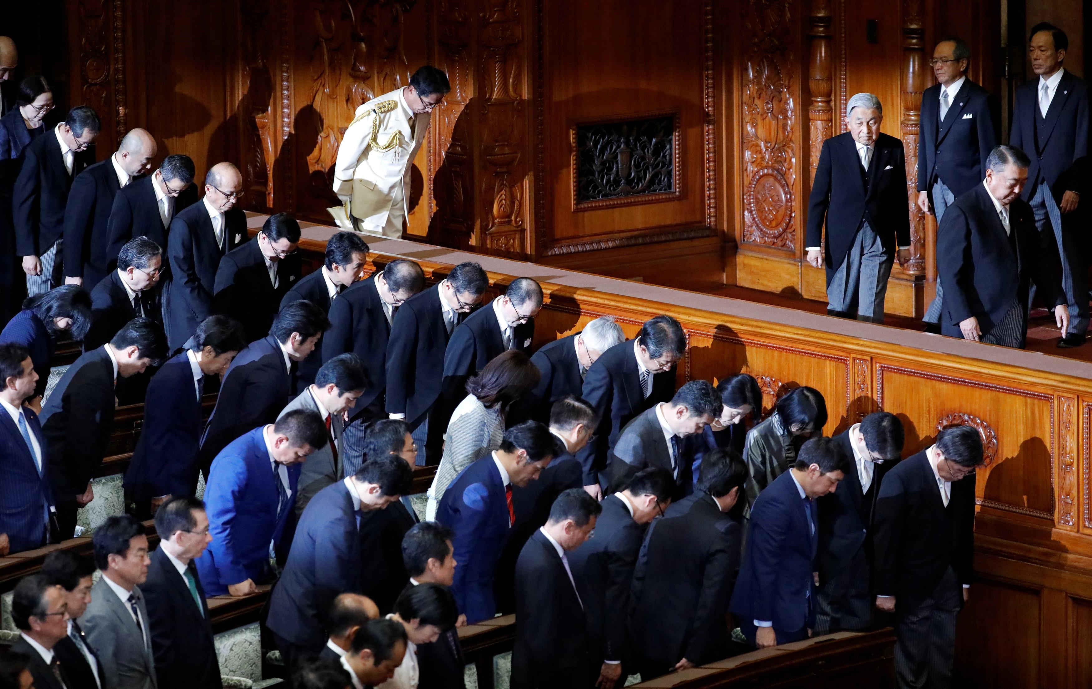 نواب البرلمان اليابان ينحنون احتراما لامبراطور اليابان أثناء دخوله القاعة