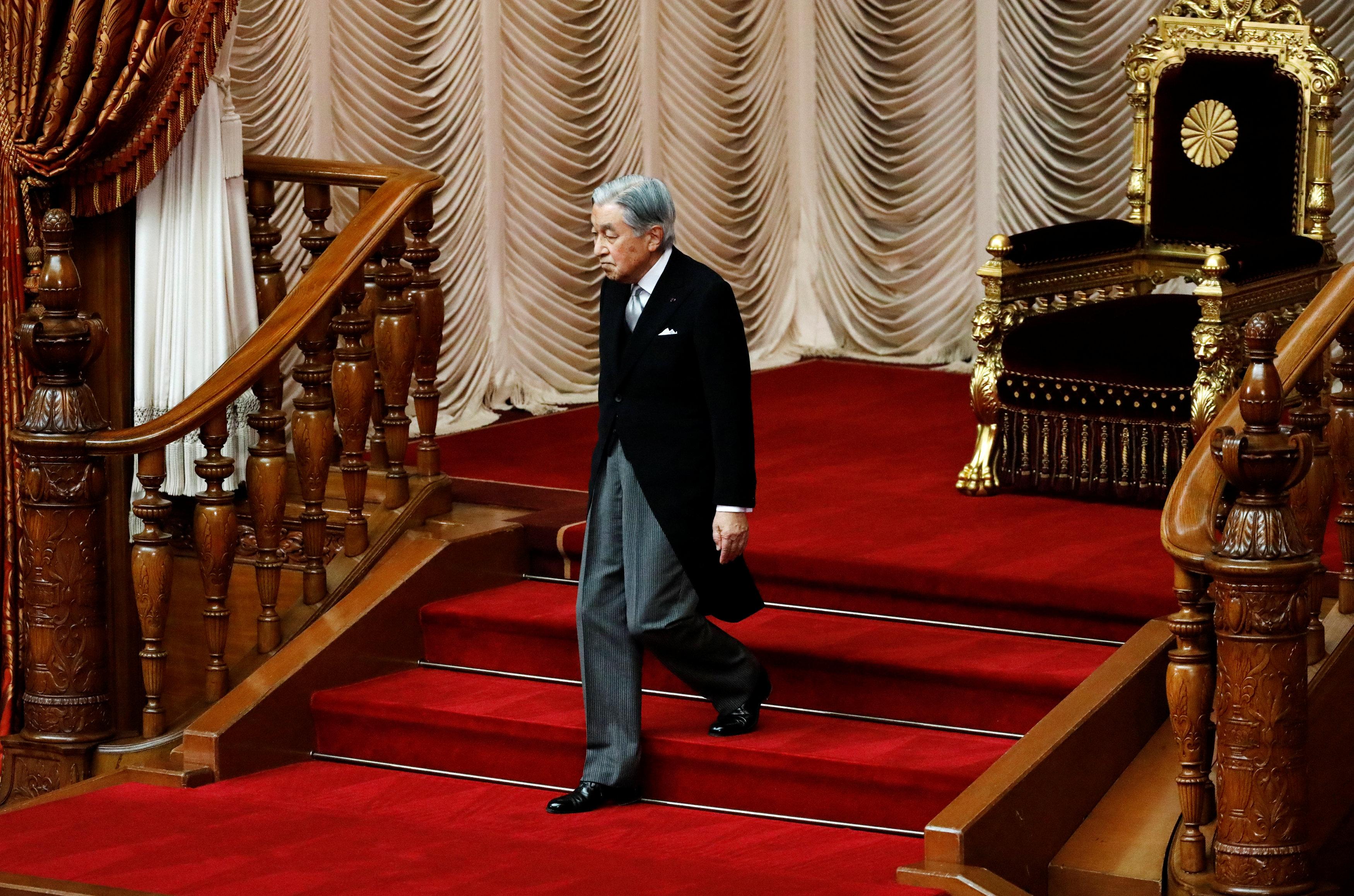 الامبراطور اليابانى افتتح دورة برلمانية غير عادية