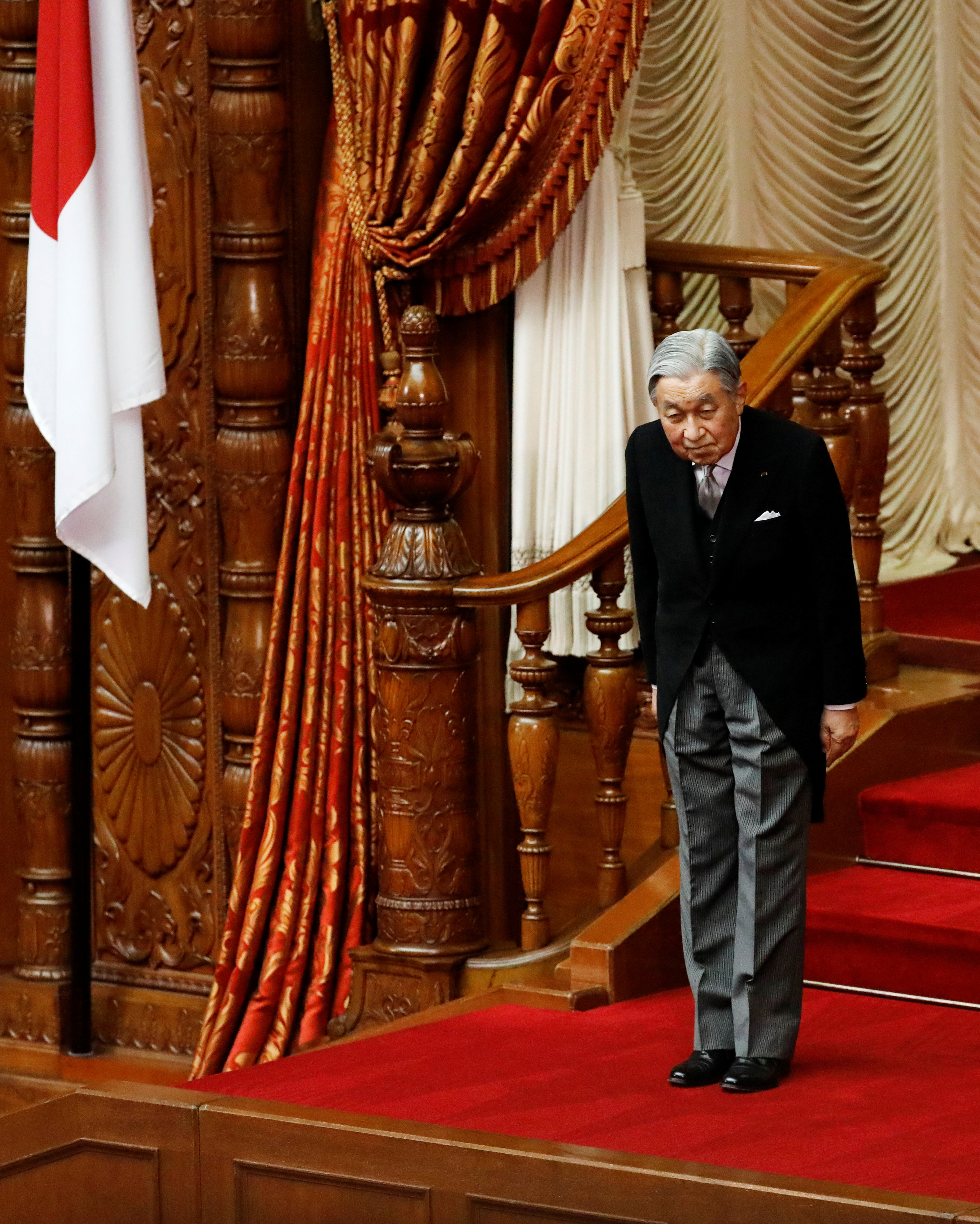 امبراطور اليابان ينحنى للنواب والمسؤولين اليابانيين
