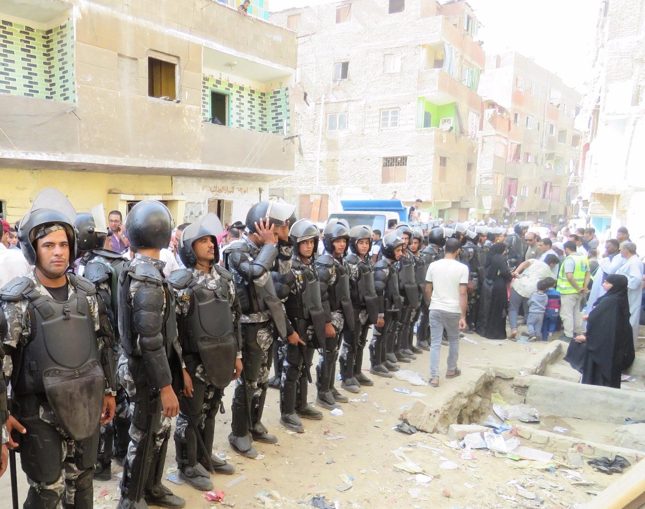 القوات اثناء تامين تنفيذ قرارات الهدم