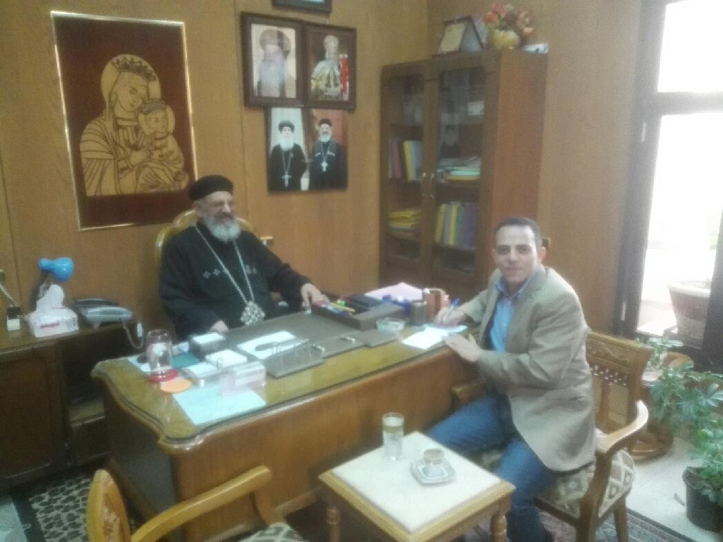 القمص فرنسيس وكيل مطرانية بنى سويف مع محرر اليوم السابع