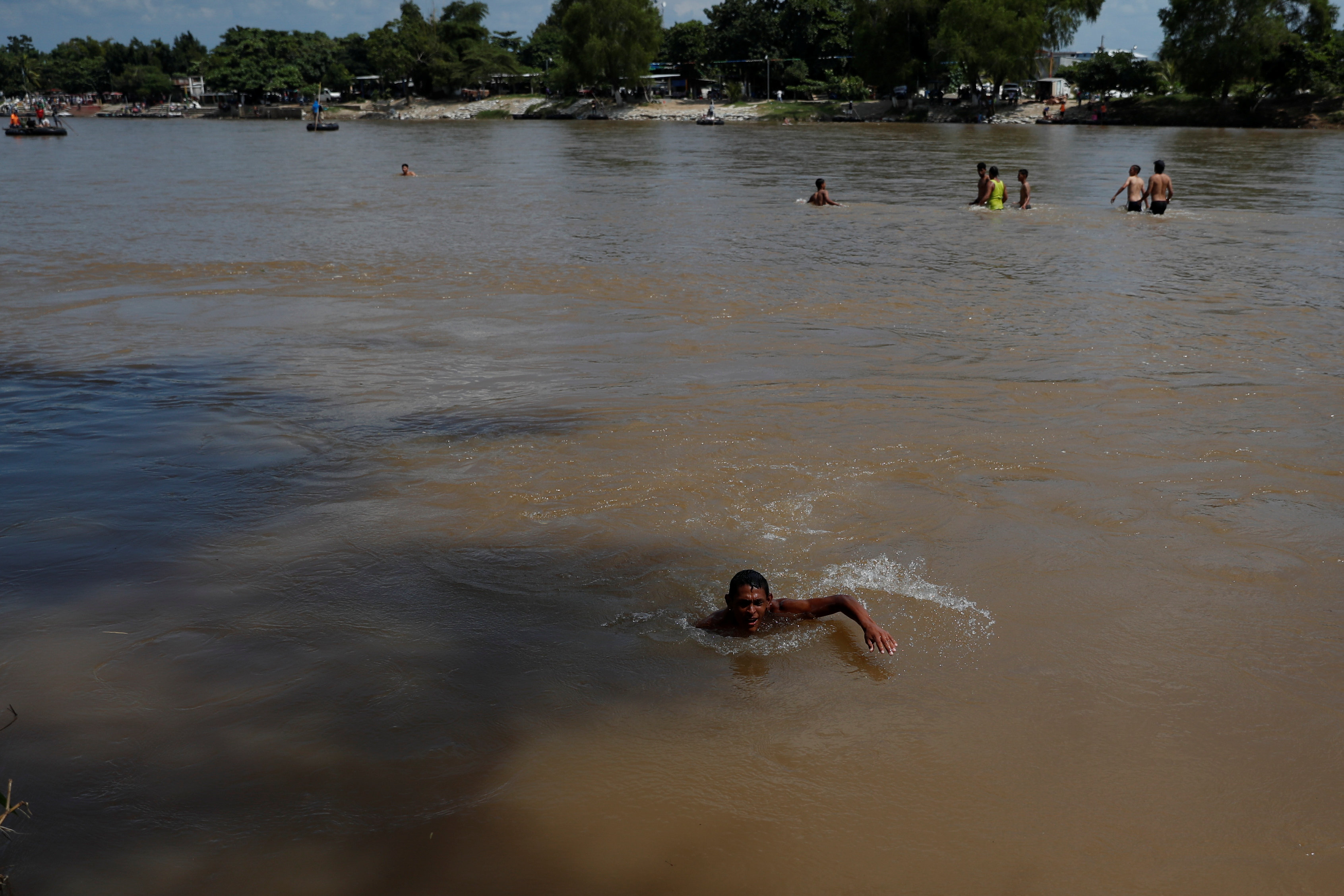 مهاجرون يعبرون النهر