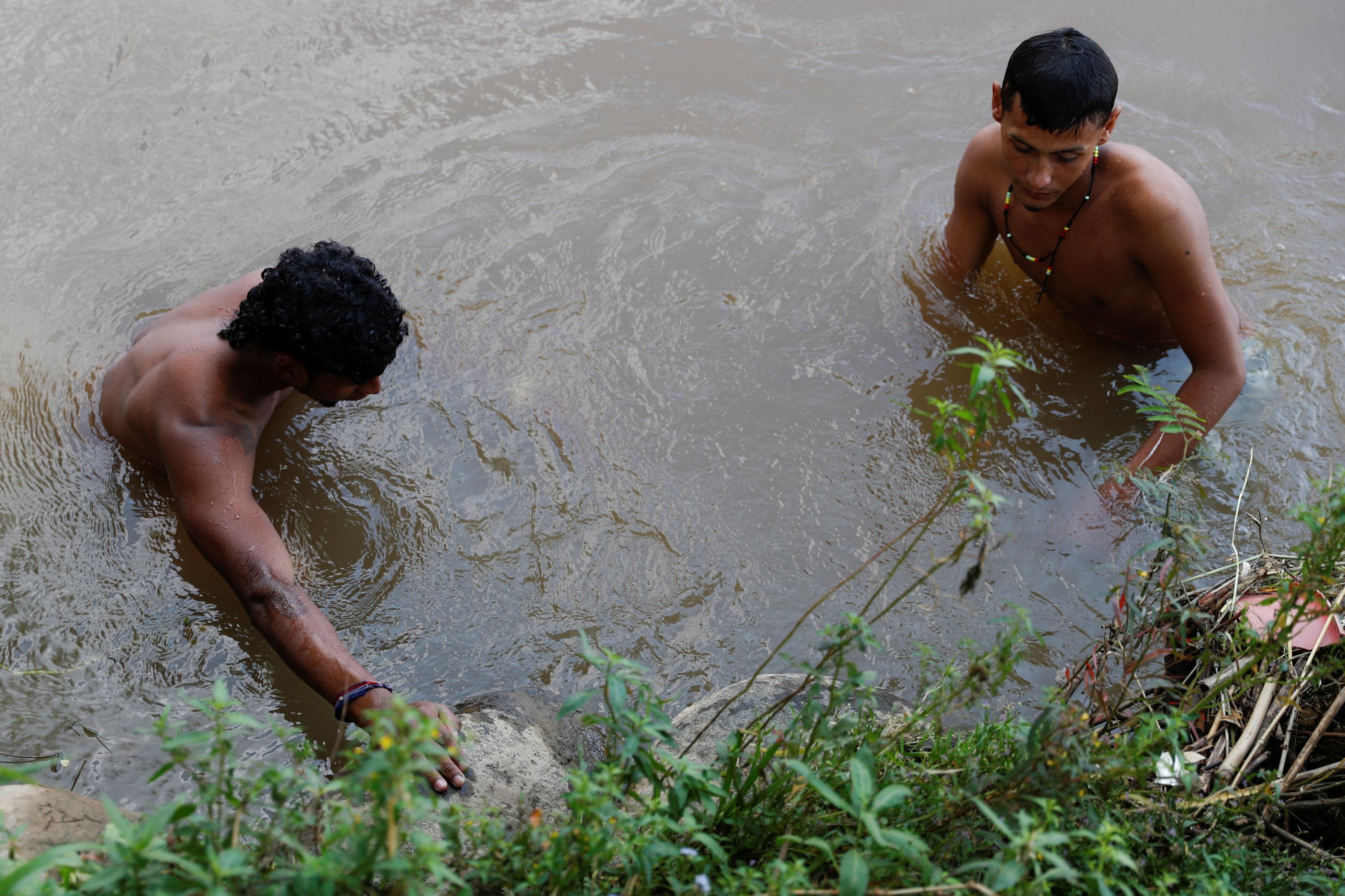 جانب من سباحة مهاجر هندوراسى