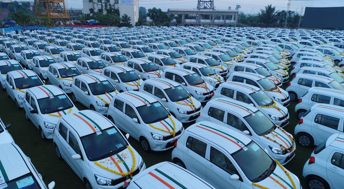 المليادير الهندى يوزع السيارات  (5)