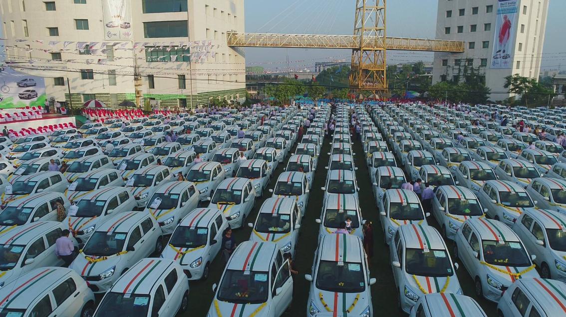 المليادير الهندى يوزع السيارات  (6)