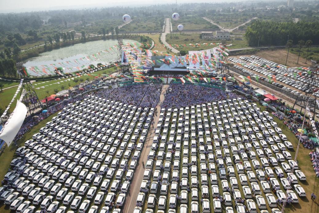 المليادير الهندى يوزع السيارات  (4)